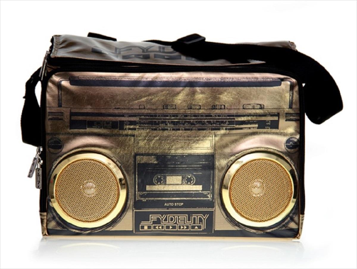 Сумка-холодильник Fydelity Cooler, цвет: золотой, 17 л91203Модная вместительная термосумка через плечо металлического цвета в виде кассетного магнитофона прекрасно держит тепло-холод! Для удобства модель оснащена двумя отделениями на застежке молния, в одном из которых спрятаны водонепроницаемые Hi-Fi stereo 3 Ватт динамики с усилителем. Отношение сигнал/шум: 60 ДБ. Легкое подключение телефона, mp3, CD плеера, iPod/iPad через 3,5мм стереоджек. Отделения для iPod/iPhone для быстрого и удобного доступа к вашему плееру. Источник питания: 4 батарейки типа AA (пальчиковые), для непрерывного 10-часового звучания. Диапазон воспроизводимых частот: 150 Гц ~ 20 кГц. Изделие универсально, подойдет как для повседневного использования, так и для активного отдыха и путешествий. Фирменный логотип дополняет яркий образ!