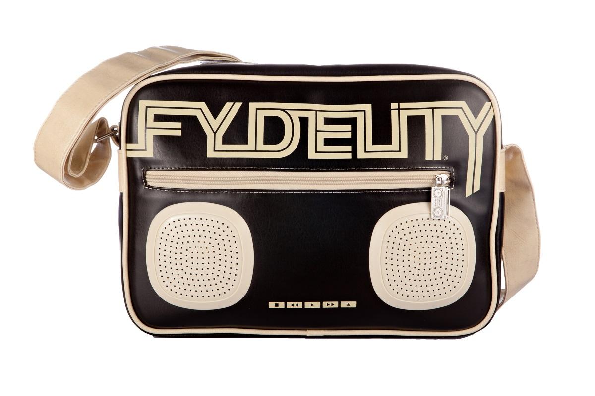 Сумка молодежная Fydelity G-Force Shoulder Bag, цвет: черный, 7 л92480Водонепроницаемые Hi-Fi stereo 3 Ватт динамики с усилителем. Отношение сигнал/шум: 60 ДБ. Легкое подключение телефона, mp3, CD плеера, iPod/iPad через 3,5мм стереоджек. Отделения для iPod/iPhone для быстрого и удобного доступа к вашему плееру. Источник питания: 4 батарейки типа AA (пальчиковые), для непрерывного 10-часового звучания. Диапазон воспроизводимых частот: 150 Гц ~ 20 кГц.