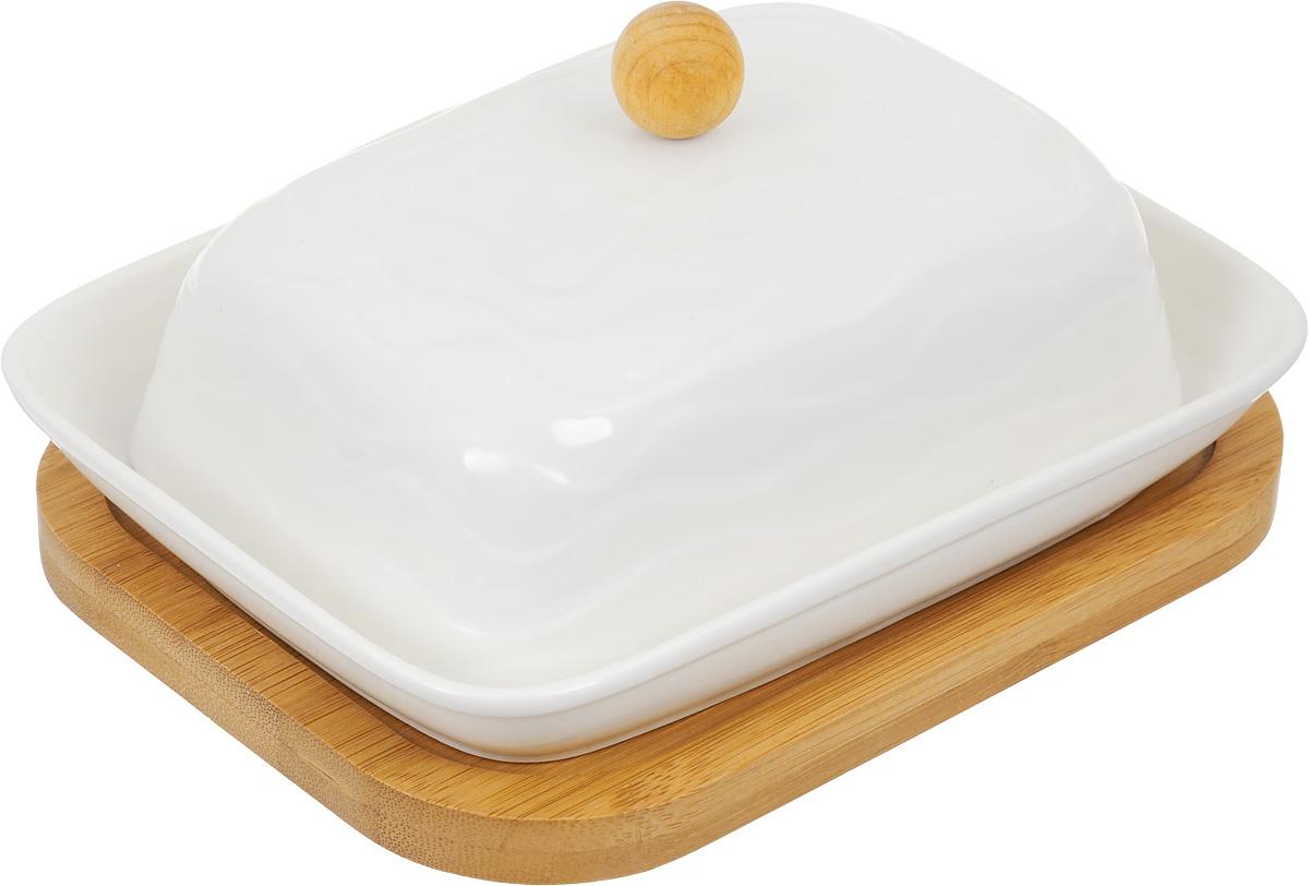 Масленка Elan Gallery Айсберг, на подставке, цвет: белый540070Великолепная масленка Elan Gallery Айсберг, выполненная из высококачественной керамики, предназначена для красивой сервировки и хранения масла. Она состоит из подноса, крышки и подставки. Масло в ней долго остается свежим, а при хранении в холодильнике не впитывает посторонние запахи. Масленка Elan Gallery Айсберг идеально подойдет для сервировки стола и станет отличным подарком к любому празднику. Не рекомендуется применять абразивные моющие средства. Не использовать в микроволной печи. Размер подноса: 16,5 х 12 х 2,5 см. Размер крышки: 14 х 10 х 8 см. Размер подставки: 17 х 13 х 1 см.