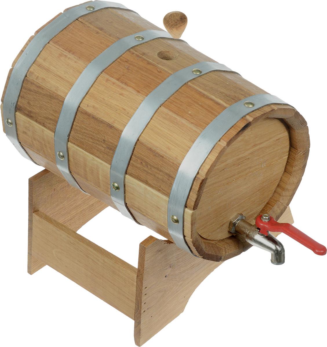 Бочонок для бани и сауны Proffi Sauna, на подставке, 5 лPH0195Бочонок Proffi Sauna изготовлен из дуба. Он прекрасно впишется своим дизайном в интерьер. Дубовый бочонок является одним из лучших среди бондарных изделий для использования в бане или сауне. Корпус бочонка состоит из металлических обручей, стянутых клепками. Для более удобного использования изделие имеет краник и подставку. Главное достоинство в том, что все полезные свойства остаются в сохранности. Эксплуатация бондарных изделий. Перед первым использованием бондарное изделие рекомендуется подготовить. Для этого нужно наполнить изделие холодной водой и оставить наполненным на 2-3 часа. Затем необходимо воду слить, обдать изделие сначала горячей, потом холодной водой. Не рекомендуется оставлять бондарные изделия около нагревательных приборов, а также под длительным воздействием прямых солнечных лучей. С момента начала использования бондарного изделия не рекомендуется оставлять его без воды на срок более 1 недели. Но и продолжительное время хранить в таких...