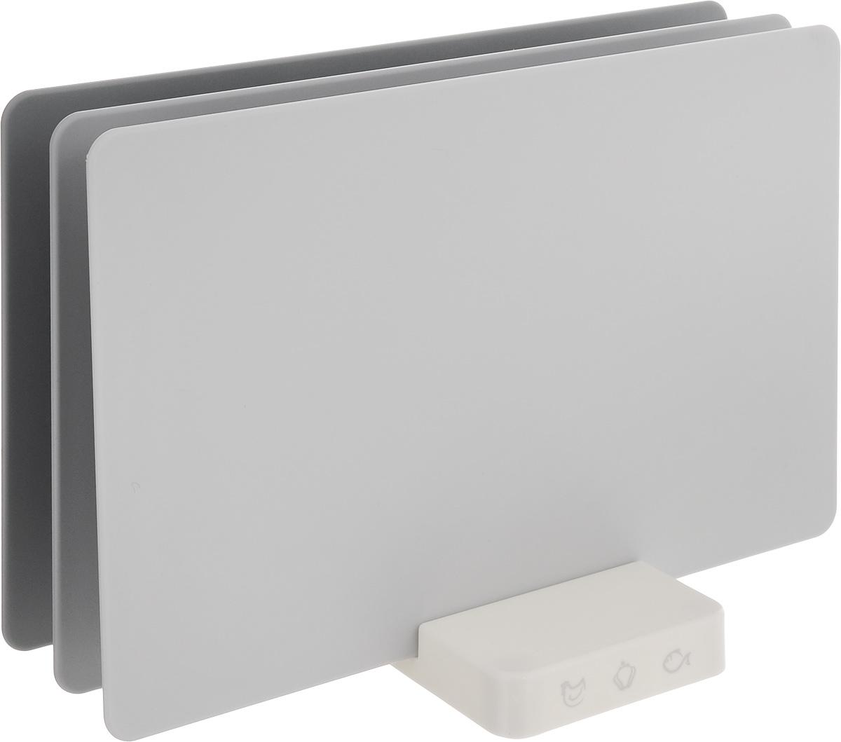 Набор разделочных досок Apollo Axioma, цвет: серый, 4 предметаAXM-01_серНабор Apollo Axioma состоит из трех прямоугольных разделочных досок, помещенных в подставку. Это делает набор не только многофункциональным, но и очень удобным для хранения на кухне. Доски выполнены из пищевого пластика с защитным покрытием от солнечных лучей и антибактериальным покрытием, которое препятствует размножению вредных микробов. Уникальная конструкция подставки позволяет расположить доски вертикально или горизонтально. Для комфортного использования на дне подставки расположены противоскользящие вставки. Набор разделочных досок Apollo Acabo станет незаменимым и полезным аксессуаром на вашей кухне, который к тому же и стильно дополнит интерьер. Доски можно мыть в посудомоечной машине. Подставку не рекомендуется мыть в посудомоечной машине, так как это может привести к повреждению покрытия. Размеры доски: 28,5 х 18,5 см. Размер подставки: 9 х 14 х 2 см.
