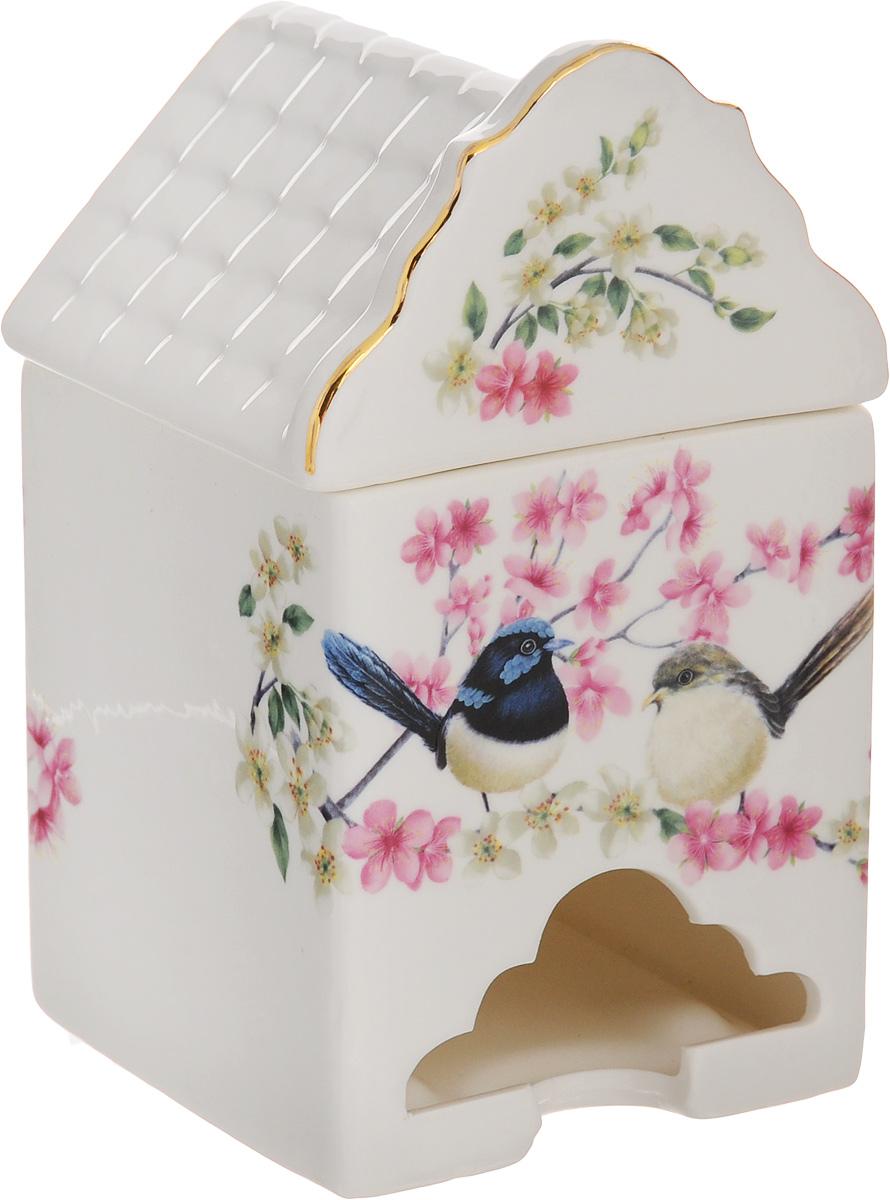 Банка-домик для чайных пакетиков Elan Gallery Райские птички420035Банка-домик для чайных пакетиков Elan Gallery Райские птички изготовлена из высококачественной керамики в виде домика, украшенного изображением птичек на ветках. Банка оснащена удобной крышечкой и отверстием снизу, с помощью которого удобно доставать чайные пакетики. Такая оригинальная банка для хранения красиво оформит кухонный стол и удивит вас своей функциональностью. Размер банки-домика: 8,5 х 8,5 х 14,5 см.
