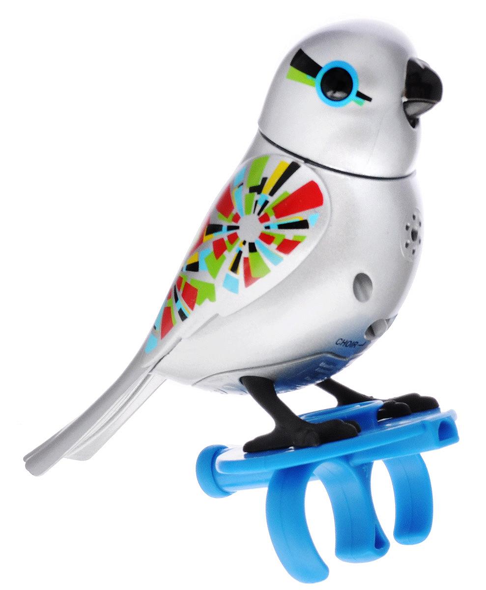 DigiBirds Интерактивная игрушка Птичка с кольцом цвет серебряный88410SУ вас есть шанс получить уникального домашнего питомца - поющую птичку. Не каждый может похвастаться этим. Эта умная птичка интерактивная, она будет развлекать вас различными мелодиями, пением и световыми эффектами. Для активизации птички необходимо подуть на нее. Чтобы активировать режим проигрывания мелодий достаточно посвистеть в свисток, который имеется в комплекте. Игрушка издает 55 вариантов мелодий и звуков. Кольцо-свисток может служить как переносной насест для птички. Ребенок может надеть кольцо на два пальца, закрепить там игрушку и свободно играть или даже бегать. Птичка DigiBirds устойчива на любой ровной поверхности. Игрушка может поворачивать голову и шевелить клювом в такт мелодии. Игрушка работает в двух режимах: соло и хор. Можно синхронизировать неограниченное количество птичек или других персонажей DigiFriends. Главным в хоре становится персонаж, которого первого включили. Необходимо размещать DigiFriends на расстоянии не более 15 см от главной...