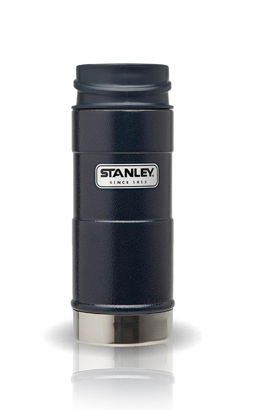 Термокружка Stanley Classic, цвет: синий, 0,35 л10-01569-006Термокружка Stanley Classic выполнена из высококачественной нержавеющей стали. Кружка идеально подходит как для горячих, так и для холодных напитков, надолго сохраняя их температуру. Герметичная крышка выполнена из пластика и оснащена кнопкой-фиксатором слива, что предотвращает проливание. Также имеется отверстие для питья. Вакуумная изоляция сохраняет напитки горячими на протяжении 4,5 часов, холодными - около 5. Диаметр термокружки по верхнему краю: 7 см. Диаметр дна термокружки: 7,4 см. Высота термокружки (с учетом крышки): 20 см.