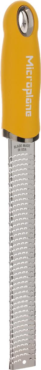 Терка для цедры и сыра Microplane, цвет: стальной, желтый46620Терка Microplane, изготовленная из нержавеющей стали, оснащена мелкими лезвиями и предназначена специально для натирания сыра и цедры. Изделие оснащено эргономичной ручкой с нескользящим покрытием. Такой уникальный предмет станет незаменимым помощником на вашей кухне и понравится любой хозяйке. Длина терки: 32,5 см. Размер рабочей поверхности: 18,5 х 2,5 см. Microplane – это легендарные американские терки. Продукцией Microplane пользуются все известные кулинары и повара всего мира, среди них знаменитый шеф-повар Джейми Оливер. Вся продукция Microplane производится на собственном заводе в США. Для изготовления терок Microplane используют самую качественную нержавеющую сталь. Благодаря уникальному химическому составу стали, продукция Microplane не окисляется и сохраняет большее количество витаминов и полезных веществ в продуктах. Для производства продукции Microplane используются нержавеющие стали высокой твердости, поэтому...