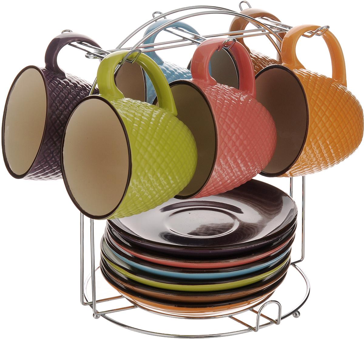Сервиз чайный Loraine, 13 предметов. 2465024650Чайный сервиз Loraine состоит из 6 разноцветных чашек, 6 разноцветных блюдец и подставки. Изделия выполнены из высококачественной керамики с глазурованным покрытием. Кружки декорированы красивым рельефом. Теплостойкие ручки не позволяют обжечь руки во время чаепития. Для хранения изделий предусмотрена металлическая подставка. Яркий лаконичный дизайн и качество исполнения сделают такой набор замечательным приобретением для вашей кухни. Он стильно дополнит сервировку стола к чаепитию, подарит хорошее настроение и настроит на позитивный лад. Можно использовать в микроволновой печи и мыть в посудомоечной машине. Объем чашки: 220 мл. Диаметр чашки (по верхнему краю): 8 см. Высота чашки: 7 см. Диаметр блюдца: 14,5 см. Размер подставки: 19 х 19 х 22 см.