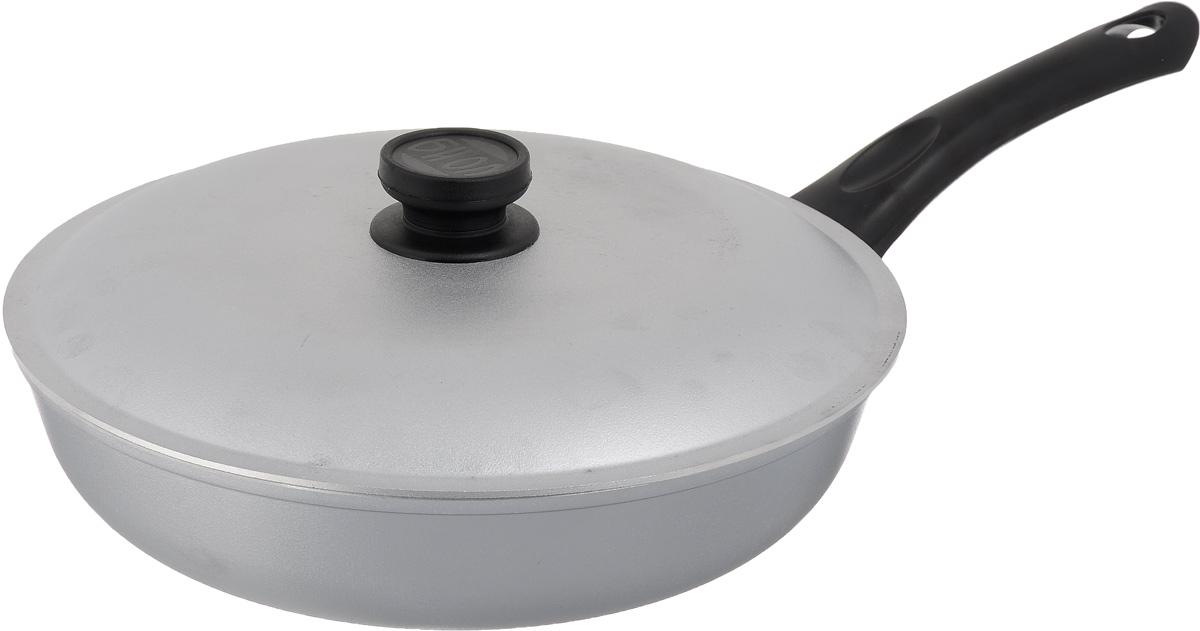 Сковорода Биол с крышкой. Диаметр 28 смА281Сковорода Биол выполнена из литого алюминия с рифленым, утолщенным дном. Изделие оснащено удобной бакелитовой ручкой и крышкой. Посуда равномерно распределяет тепло и обладает высокой устойчивостью к деформации, легкая и практичная в эксплуатации. Подходит для использования на электрических, газовых и стеклокерамических плитах. Не подходит для индукционных плит. Диаметр сковороды (по верхнему краю): 28 см. Высота стенки: 6,5 см. Длина ручки: 18 см.