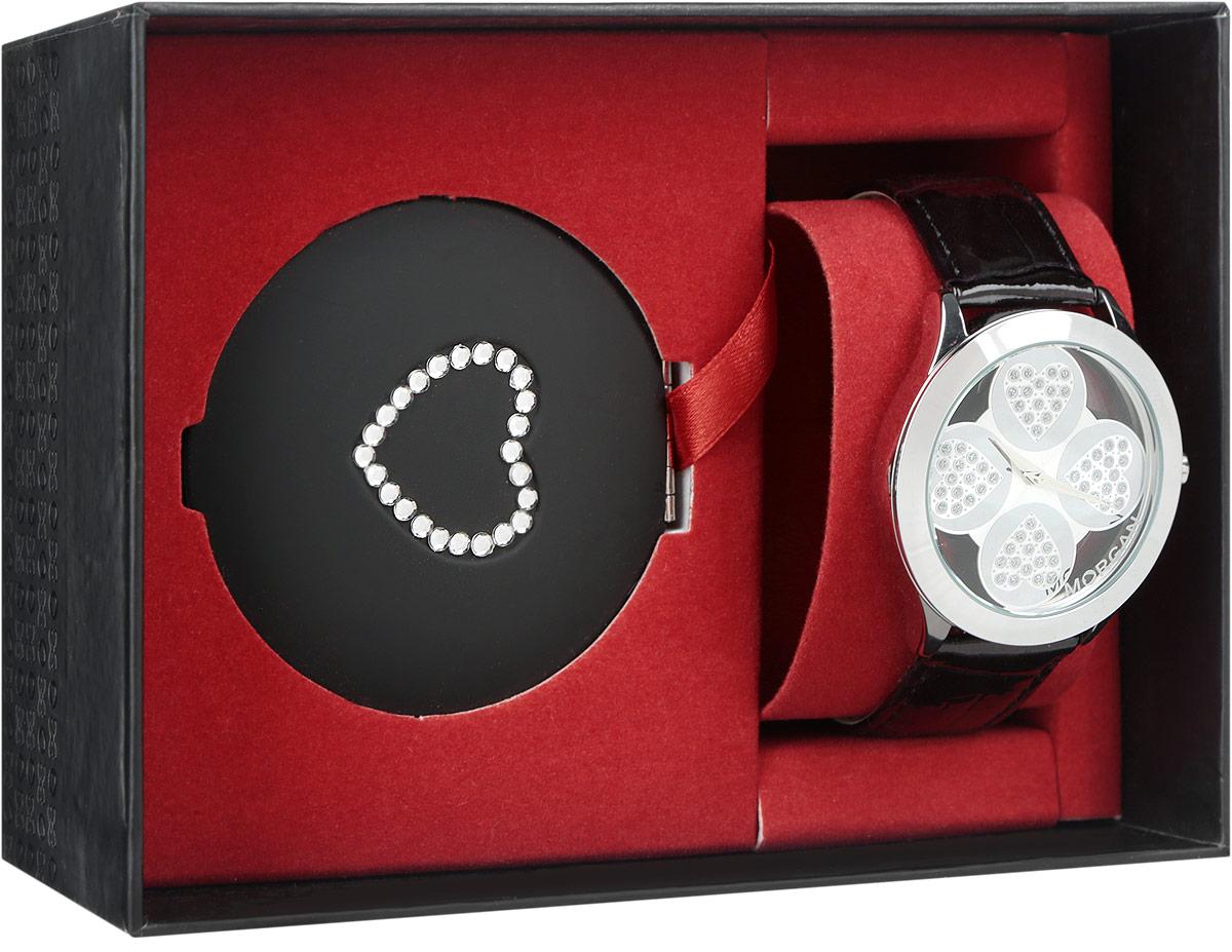 Набор Morgan: наручные часы, зеркало, цвет: черный, серебристый. M1133BBRM1133BBRНабор Morgan включает в себя наручные часы и зеркало. Элегантные наручные часы Morgan выполнены из нержавеющей стали с IP-покрытием серебристого цвета, минерального стекла, натуральной лакированной кожи с тиснением под рептилию. Циферблат изделия выполнен в форме клевера с прозрачными вставками и дополнен чешскими кристаллами. Часы оснащены механизмом Miyota с тремя стрелками, полированным корпусом, устойчивым к царапинам минеральным стеклом, степенью водозащиты 3atm. Изделие дополнено ремешком из натуральной кожи. Ремень оснащен застежкой-пряжкой с возможностью регулировать длину изделия. Компактное зеркало раскрывается при помощи механизма на защелке, изделие оформлено сердечком из страз. Набор Morgan поставляется в фирменной упаковке. Стильные часы подчеркнут изящество женской руки и отменное чувство стиля их обладательницы.