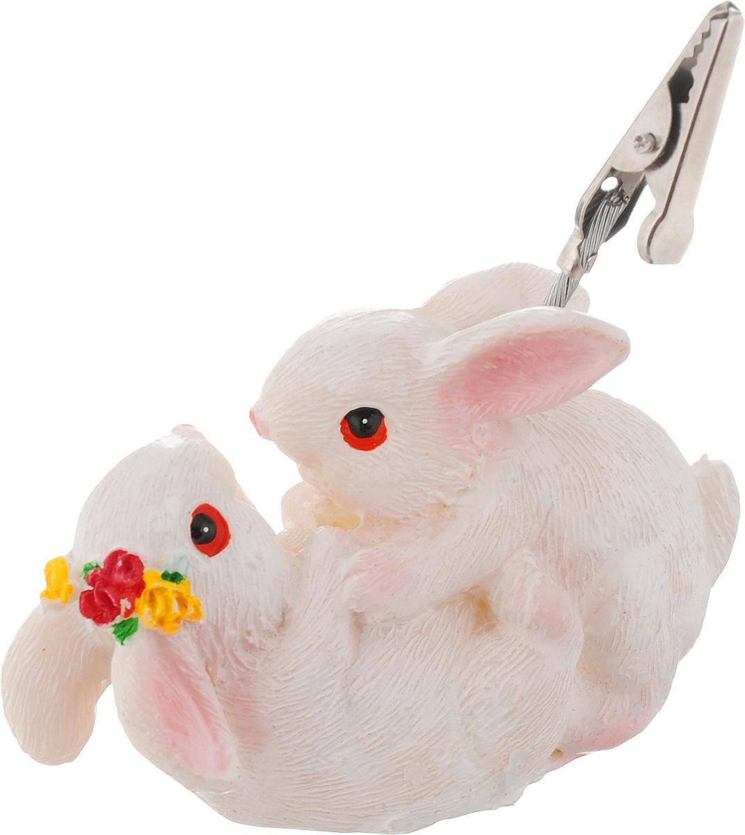 Держатель для карточек Home Queen Играющие кролики, высота 5 см57543Держатель для карточек Home Queen Играющие кролики выполнен из полирезины в виде двух милых кроликов. Изделие снабжено металлическим держателем-прищепкой, который надежно удержит визитки, карточки и фотографии. Стильный и необычный аксессуар для рабочего стола.