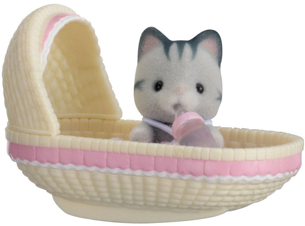 Sylvanian Families Фигурка Малыш котенок в люльке5198Фигурка Sylvanian Families Малыш котенок в люльке обязательно понравится всем любителям страны Сильвания. Этот чудесный котенок еще совсем маленький и нуждается в заботе. Малыша нужно уложить в люльку и укачать, чтобы он уснул. А после сна котенок снова готов к игре! Игры с фигуркой развивают у ребенка чувство ответственности и заботы, формируют представление о семейных ценностях. Такая фигурка станет отличным дополнением к вашей коллекции игрушек Sylvanian Families! Все элементы выполнены с невероятной тщательностью из безопасных материалов. Компания Sylvanian Families была основана в 1985 году, в Японии. Sylvanian Families очень популярна в Европе и Азии и, за долгие годы существования, компания смогла добиться больших успехов. 3 года подряд в Англии бренд Sylvanian Families был признан Игрушкой Года. Сегодня у героев Sylvanian Families есть собственное шоу, полнометражный мультфильм и сеть ресторанов, работающая по всей...