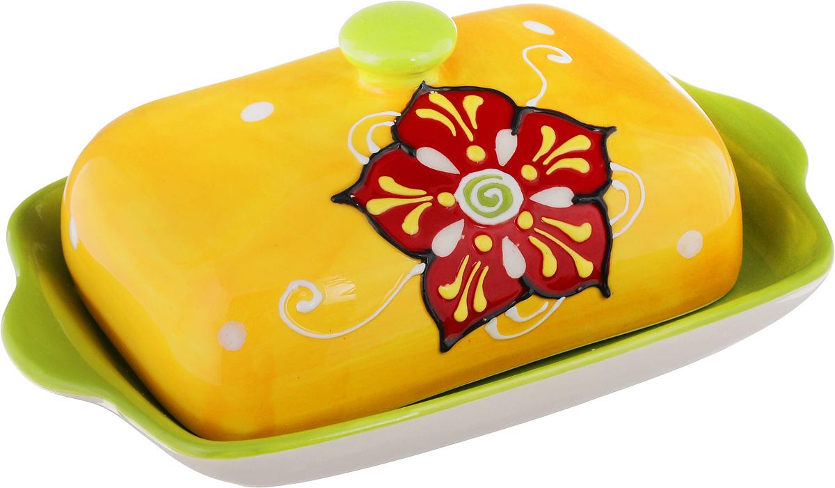 Масленка Elan Gallery Солнечный цветок450028Великолепная масленка Elan Gallery Солнечный цветок, выполненная из высококачественной керамики, предназначена для красивой сервировки и хранения масла. Она состоит из подноса и крышки. Масло в ней долго остается свежим, а при хранении в холодильнике не впитывает посторонние запахи. Масленка Elan Gallery Солнечный цветок идеально подойдет для сервировки стола и станет отличным подарком к любому празднику. Не рекомендуется применять абразивные моющие средства. Не использовать в микроволновой печи. Размер подноса: 18 х 12 х 2 см. Размер крышки: 13,5 х 9 х 6 см.