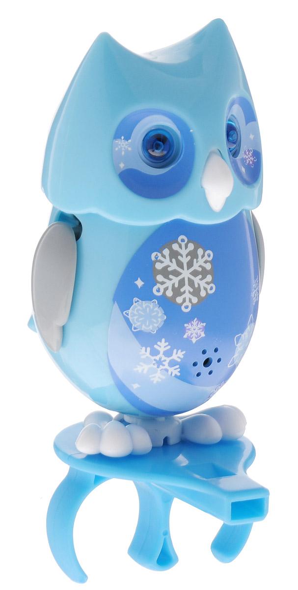 DigiFriends Интерактивная игрушка Сова с кольцом цвет голубой88285_голубойУ вас есть шанс получить уникального домашнего питомца - сову. Не каждый может похвастаться этим. Эта умная птичка интерактивная, она будет развлекать вас различными мелодиями, уханьем, световыми эффектами и танцами в виде покачиваний в такт музыке. Для активизации совы необходимо подуть на нее. Чтобы активировать режим проигрывания мелодий и уханья совы, достаточно посвистеть в свисток, который имеется в комплекте. Игрушка издает 55 вариантов мелодий и звуков. Кольцо-свисток может служить как переносной насест для совы. Ребенок может надеть кольцо на два пальца, закрепить там сову и свободно играть или даже бегать. Сова DigiFriends устойчива на любой ровной поверхности. Когда сова поет, ее глаза весело сверкают. Сова может поворачивать голову и шевелить клювом в такт мелодии. Игрушка работает в двух режимах: соло и хор. Можно синхронизировать неограниченное количество сов или других персонажей DigiFriends. Главным в хоре становится персонаж, которого первого включили....
