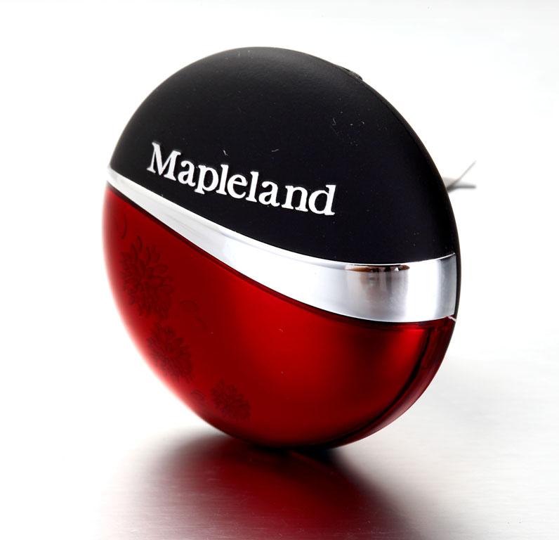 Ароматизатор Mapleland Медовые луга. M1011M1011Honey - Медовые луга. Кроме комбинации сладкой розы и элегантного жасмина, также присутствует легкий аромат ландыша, что делает его самым любимым среди женщин. Состав: Активированный оксид алюминия, парф.мерная композиция, пластик. Инструкция: Вынуть ароматизатор из упаковки. Открыть корпус, повернув против часовой стрелки. Установить внутрь корпуса ароматическую таблетку из пакета. Закрыть корпус и установить его в дефлектор. Меры предосторожности: Избегать попадания в глаза, не давать детям, не глотать. Срок годности 3 года.