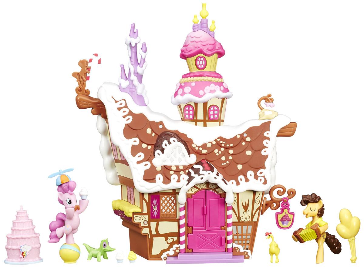 My Little Pony Набор фигурок Сахарный уголок Пинки ПайB3594EU4Набор фигурок My Little Pony Сахарный уголок Пинки Пай - это впечатляющая композиция, состоящая из детально проработанного домика и двух фигурок пони. Это кондитерская, Пинки Пай в ней работает помощницей владельцев - мистера и миссис Кейк. Сегодня в сахарный дворец пожаловал Чиз Сэндвич - настоящий конкурент Пинки Пай, который тоже занимается организацией веселых вечеринок. При этом Чиз и Пинки сумели найти общий язык, подружились и теперь не враждуют, а веселятся вместе! Как известно, в мультфильме My Little Pony Дружба - это чудо! по-другому и не бывает. Набор фигурок My Little Pony Сахарный уголок Пинки Пай содержит необычные фигурки этих героев. Пинки Пай стоит на шаре, жонглируя пирожными, на голове у нее забавная шапочка с пропеллером. А Чиз музицирует на баяне, словно бы подпевая себе при этом. Тематические аксессуары из набора идеально подходят для вечеринки - это забавная игрушка в виде курочки, воздушные шары. Еще в комплект входит миниатюрная фигурка Зубастика,...