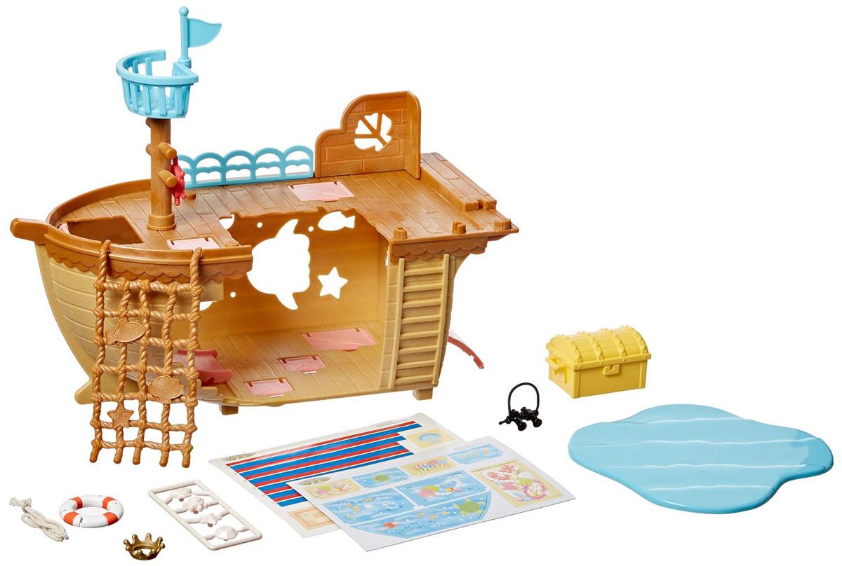 Sylvanian Families Игровой набор Детская площадка Сокровища морей5210Игровой набор Sylvanian Families Детская площадка Сокровища морей привлечет внимание вашей малышки и не позволит ей скучать. Набор включает в себя пиратский корабль с мачтой, канатами и ограждениями, горки для катания, сундук с сокровищами, спасательный круг, корону, бинокль, бассейн, наклейки. Этот набор позволит обустроить целую детскую площадку в духе охотников за сокровищами. Sylvanian Families - это целый мир маленьких жителей, объединенных общей легендой. Жители страны Sylvanian Families - это кролики, белки, медведи, лисы и многие другие. У каждого из них есть дом, в котором есть все необходимое для счастливой жизни. В городе, где живут герои, есть школа, больница, рынок, пекарня, детский сад и множество других полезных объектов. Жители этой страны живут семьями, в каждой из которой есть дети. В домах Sylvanian Families царит уют и гармония. Домашние животные радуют хозяев. Здесь продумана каждая мелочь, от одежды до мебели и аксессуаров.