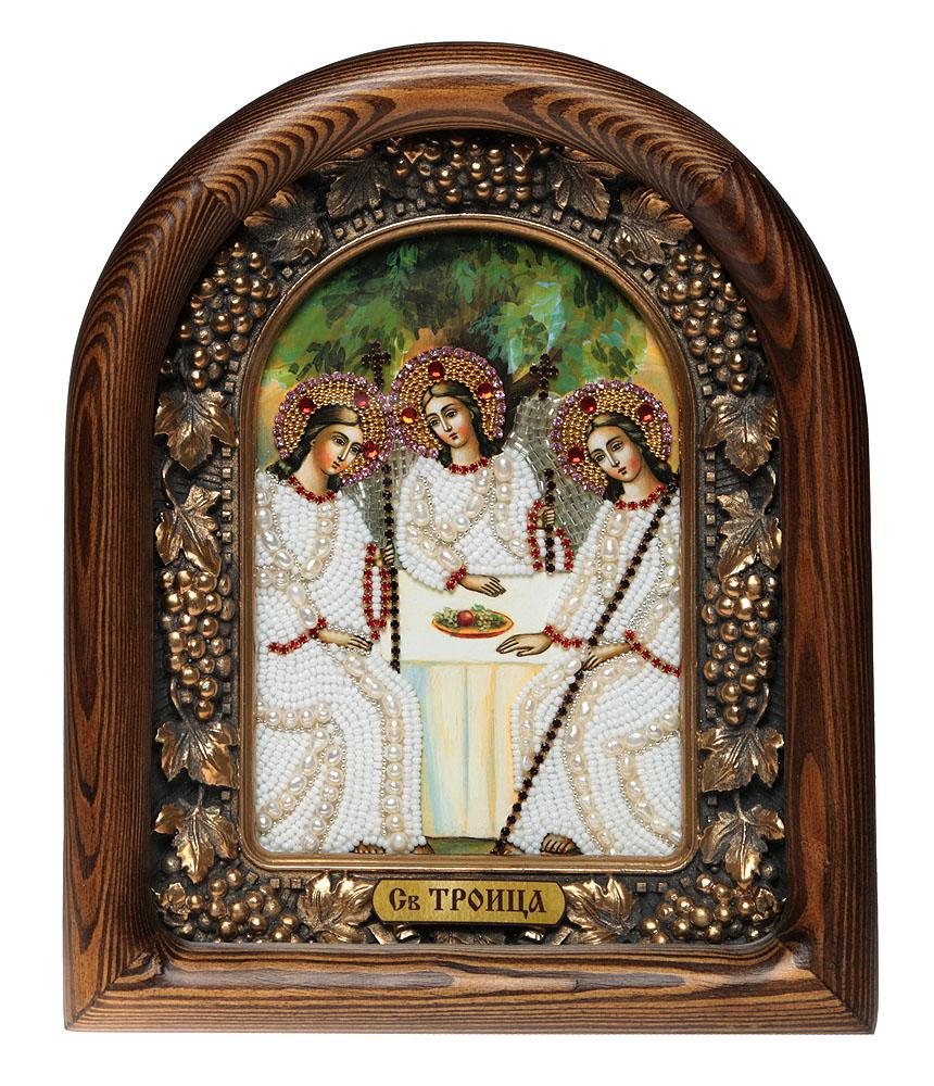 Икона Святая Троица, 7_15_147_15_14Православная икона Дивеевские иконы - это не только качественная ручная работа мастеров, но и вложенная в них негасимая любовь. Особенно это чувствуется, когда на икону попадают солнечные лучи - она озаряется внутренним светом и теплом, излучая его в окружающее пространство. Такие иконы подарят Вам и Вашему дому теплый свет благословения, а также могут передаваться по наследству как семейная реликвия и родовой оберег. Непревзойденное качество, вложенная любовь и благословение превращают эти иконы в настоящее произведение искусства, дарящее чудо причастности к духовному миру. Материал: Оклад из массива сосны, внутренний оклад из гипса, бисер, стразы, натуральные камни, речной жемчуг.