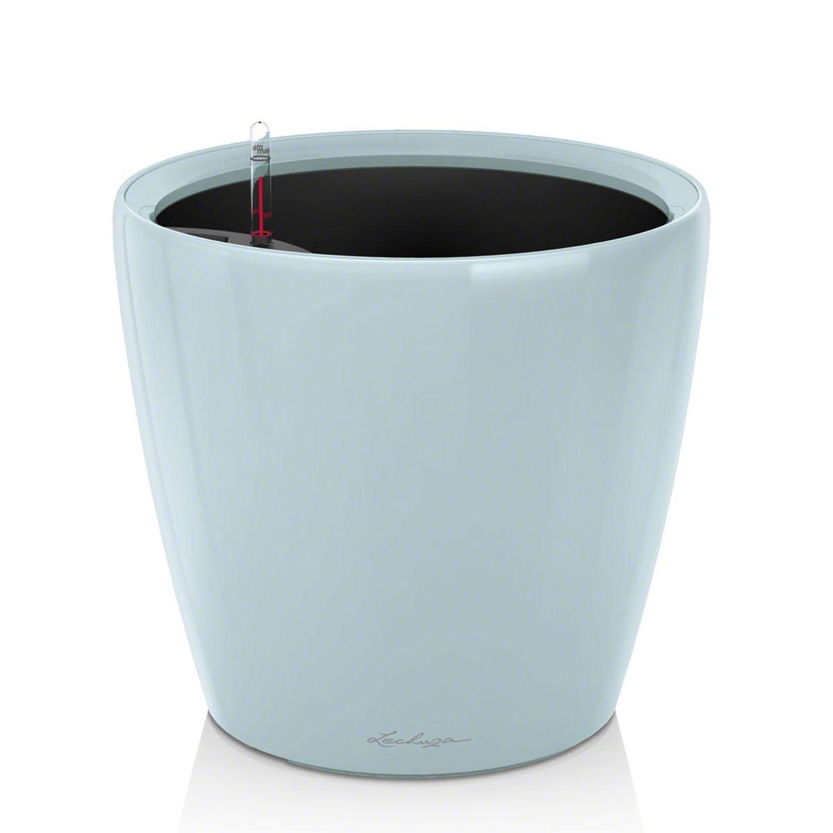 Кашпо Lechuza Classico, с системой автополива, цвет: голубой, диаметр 21 см16022Кашпо Lechuza Classico, выполненное из высококачественного пластика, имеет уникальную систему автополива, благодаря которой корневая система растения непрерывно снабжается влагой из резервуара. Уровень воды в резервуаре контролируется с помощью специального индикатора. В зависимости от размера кашпо и растения воды хватает на 2-12 недель. Это способствует хорошему росту цветов и предотвращает переувлажнение. В набор входит: кашпо, внутренний горшок, индикатор уровня воды, резервуар для воды. Внутренний горшок, оснащенный выдвижными ручками, обеспечивает: - легкую переноску даже высоких растений; - легкую смену растений; - можно также просто убрать растения на зиму; - винт в днище позволяет стечь излишней дождевой воде наружу. Кашпо Lechuza Classico прекрасно впишется в интерьер больших холлов, террас, ресторанов и уютных гостиных. Изделие поможет расставить нужные акценты, а также придаст помещению вид, соответствующий вашим...