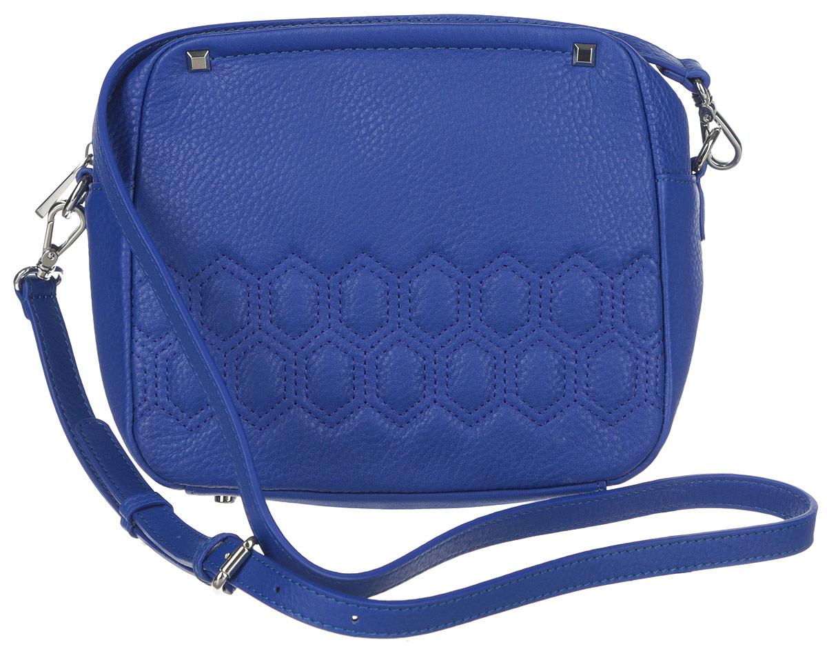 Сумка женская Palio, цвет: синий. 14511AR-W114511AR-W1Яркая женская сумка торговой марки Palio выполнена из натуральной кожи с зернистой фактурой, оформлена геометрической прострочкой на лицевой стороне и декоративными металлическими элементами. Изделие состоит из одного отделения, которое закрывается на металлическую застежку-молнию. Сумка содержит нашивной открытый карман и врезной карман на пластиковой застежке-молнии. Снаружи, на задней стороне сумки, расположен прорезной кармашек на молнии. Изделие оснащено съемным плечевым ремнем, длина которого регулируется металлической пряжкой. Сумку можно носить через плечо и как клатч в руке. Боковая сторона сумки декорирована металлической символикой бренда. Дно изделия дополнено металлическими ножками. Прилагается фирменный текстильный чехол для хранения. Оригинальный аксессуар позволит вам завершить образ и быть неотразимой.