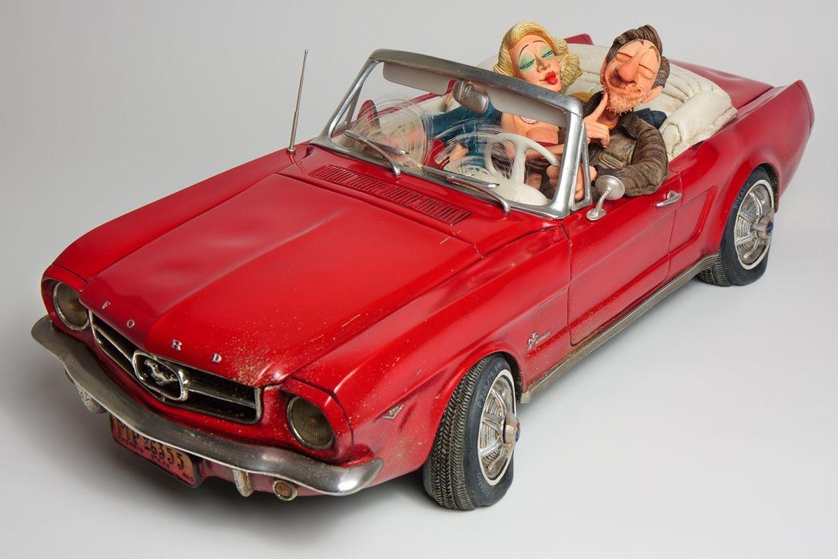 Статуэтка Gillermo Forchino Форд Мустанг 65FO85079Благодаря своему новому классическому Форду Мустанг, Чарли был уверен, что красивая Эллен примет его приглашение прокатиться к скалам, вдоль побережья - идеальное место для соблазнения. Он припаркует машину у берега и обнимет Эллен за плечи. Молодая женщина будет смотреть на него с нежностью, и они будут обмениваться страстными поцелуями. С момента Большого Взрыва не было во вселенной ничего впечатляющего, чем то, что Чарли чувствовал в тот момент. Ярко-красный след от поцелуя Эллен на его щеке был лучшим трофеем, который он мог бы показать своим друзьям. Плюс ко всему, красный идеально сочетался с цветом его кабриолета, а также был цветом формы его любимой футбольной команды. Идеальный день.
