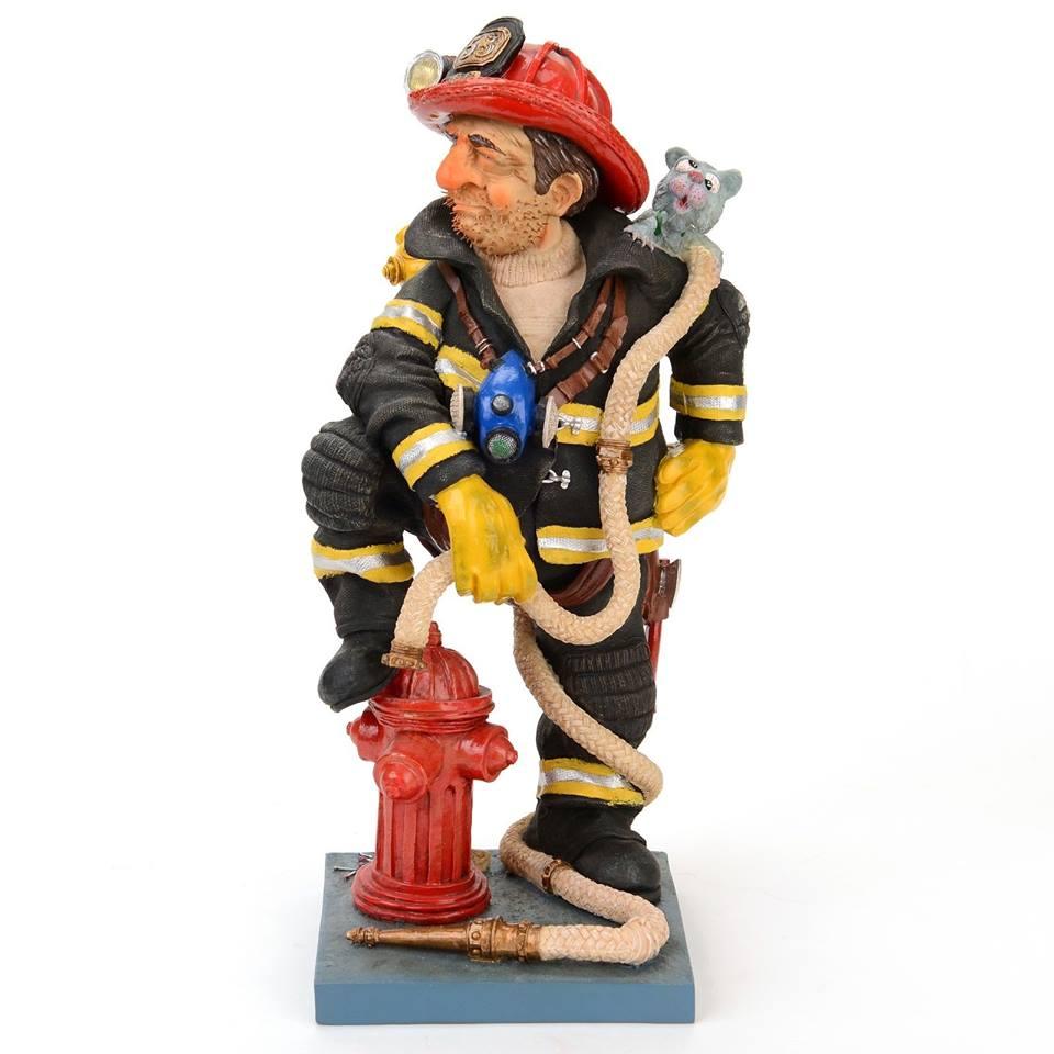 Статуэтка Gillermo Forchino ПожарныйFO85505Сержант Герман Экеверриа не боялся огня. В детстве он любил наблюдать, как папа прикуривает сигареты, ему очень нравился какой-то особенный аромат, который исходил от горящих спичек. Мама всегда ему говорила: Не играй с огнем, а то намочишь свою постель. Осенью он забавлялся тем, что с друзьями разводил костер, они бросали в огонь соль и, зачарованные, слушали, как она потрескивала в пламени. Однажды ночью, после того, как он сжег все опавшие листья с саду, ему приснилось, что он стоит под огромным деревом, и вдруг ему ужасно захотелось писать, что он и сделал с огромным удовольствием... Проснувшись следующим утром, он принял самое важное решение в своей жизни: с этого момента, всегда и везде, он будет безжалостно бороться с огнем. Он поступил в школу пожарников и сейчас работает начальником пожарной службы своего района. Все знают его под именем Спичка .