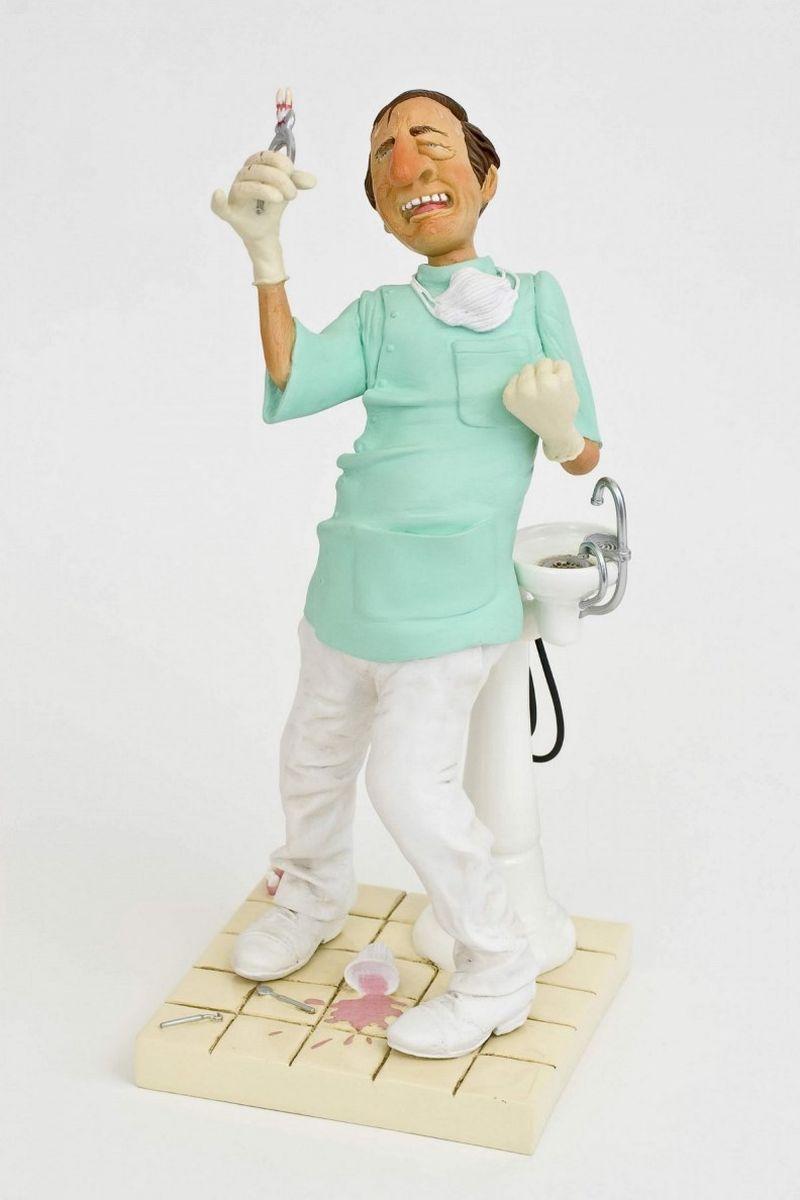 Статуэтка Gillermo Forchino ДантистFO85515Пакита Гутиерес до смерти боялась дантистов. Последние несколько дней её мучила сильная зубная боль. Сначала она надеялась, что боль пройдет сама. Потом она перепробовала все таблетки из аптечки. Через три дня она пошла к своей соседке Кармен, которая провела с ней профилактическую беседу. Через пять дней, не способная больше терпеть боль, она договорилась о встрече с выдающимся дантистом доктором Саломоном Мимраном, чье имя было известно всему Парижу. Пакита, с челюстью, искаженной ужасным абсцессом, села в кресло дантиста, как на электрический стул. Октор! Будет ольно?- спросила Пакита, от боли искажая слова. Нет, мадам, Вы ничего не почувствуете!- обманул ее доктор. - Вы находитесь в хороших руках. Откройте рот, давайте посмотрим на Ваш больной зуб. Ооой!.. Он уже отквыт!!!- сказала Мадам Гутиерес.После нескольких уколов анестезия начала действовать. Она почувствовала, что язык обмяк и стал, как тряпка. Она хотела что-то сказать, но издавала только гортанные звуки. Доктор...
