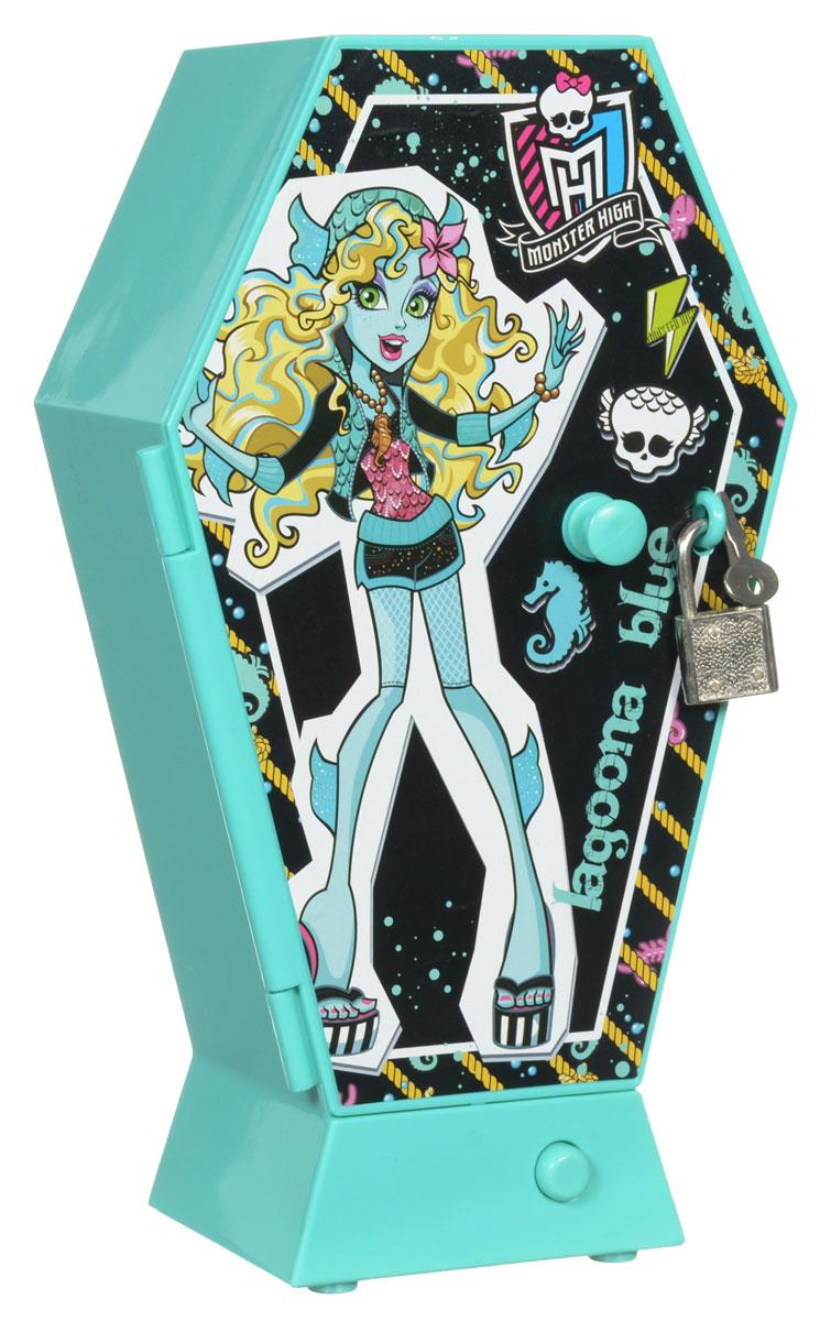 Monster High Шкаф секретный Lagoona Blue1109785_бирюзовыйНеобычный секретный шкаф Monster High Lagoona Blue приведет в восторг поклонниц популярного мультсериала Школа Монстров! Он выполнен в виде музыкальной шкатулки с тремя удобными отделениями, где девочки смогут хранить все свои секреты. Для того, чтобы никто их не увидел, шкатулка закрывается на замочек. При нажатии на кнопку, расположенную под дверцей, заиграет песня из мультсериала. Порадуйте своего ребенка таким замечательным подарком! Для работы игрушки необходимы 2 батарейки типа ААА (товар комплектуется демонстрационными).