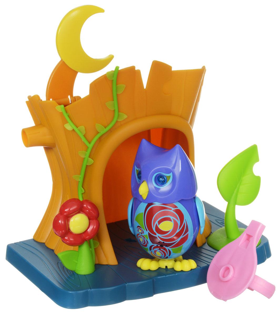 DigiFriends Интерактивная игрушка Сова с домиком цвет фиолетовый голубой88359_фиолетовый,голубойИнтерактивная игрушка DigiFriends Сова с домиком подарит ребенку множество незабываемых игр. Птичка умеет петь как соло, так и в хоре - вместе с другими птичками. Уютный домик для совы имеет главный вход и заднюю дверь. К крыше домика приделан месяц, который поднимается, и тогда наступает ночь. Рядом с домиком расположен желудь и листик. Если поднять листик, то под ним можно обнаружить забавную букашку. Чтобы активировать режим проигрывания мелодий и птичьего щебета, достаточно посвистеть в свисток, имеющийся в комплекте. Кольцо-свисток может быть использовано в качестве насеста-переноски. Игрушка издает 55 вариантов мелодий и звуков. Голова птички двигается в такт мелодии, а клюв - открывается. Глаза совы светятся. Игрушка может спеть вместе со всеми персонажами DigiFriends в режиме хор. Птичка, которую активировали первой, становится солистом. Управлять пением пернатой звезды или целым хором - исключительно увлекательное занятие, которое надолго привлечёт...