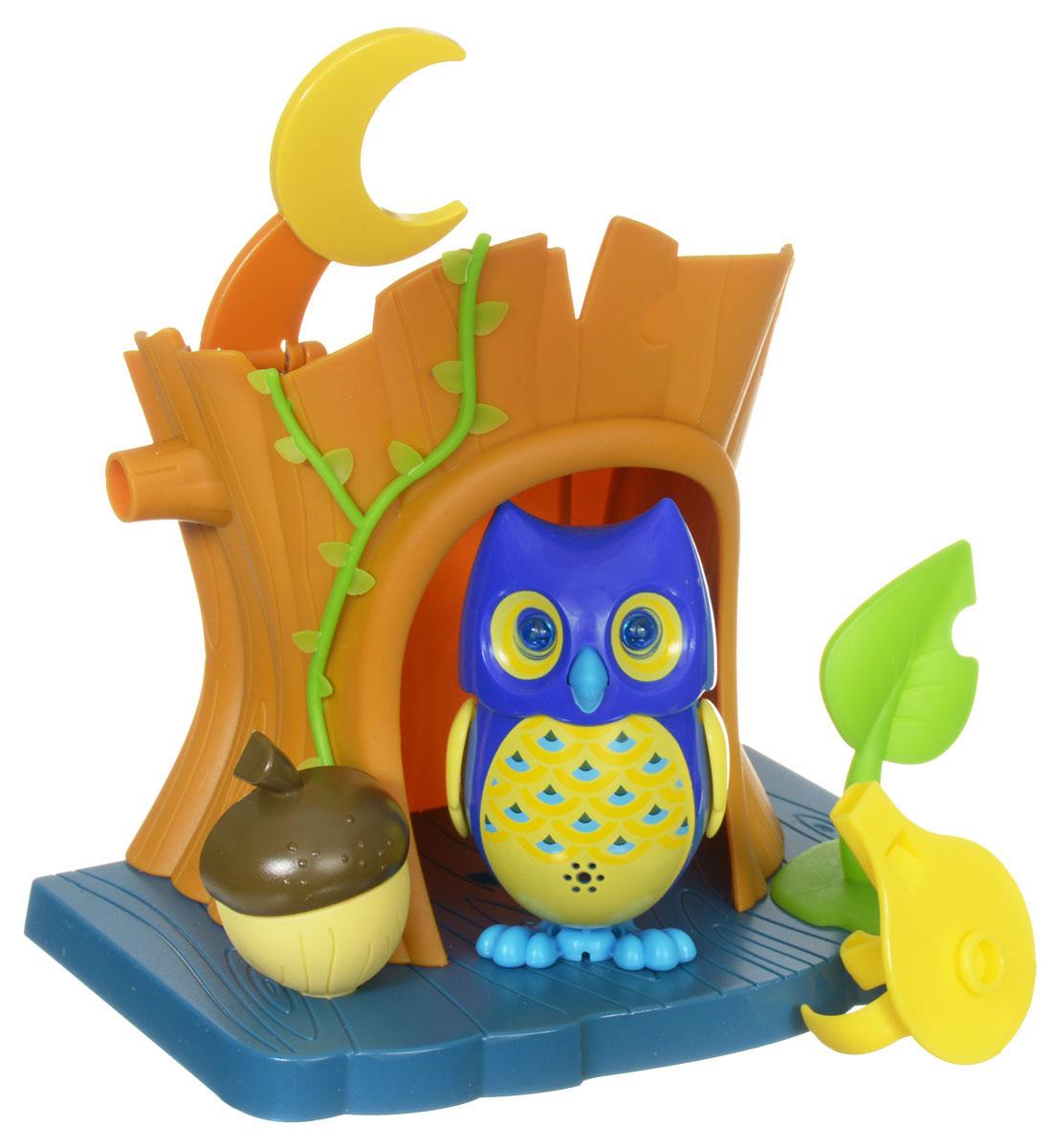 DigiFriends Интерактивная игрушка Сова с домиком цвет синий желтый88359_синий,желтыйИнтерактивная игрушка DigiFriends Сова с домиком подарит ребенку множество незабываемых игр. Птичка умеет петь как соло, так и в хоре - вместе с другими птичками. Уютный домик для совы имеет главный вход и заднюю дверь. К крыше домика приделан месяц, который поднимается, и тогда наступает ночь. Рядом с домиком расположен желудь и листик. Если поднять листик, то под ним можно обнаружить забавную букашку. Чтобы активировать режим проигрывания мелодий и птичьего щебета, достаточно посвистеть в свисток, имеющийся в комплекте. Кольцо-свисток может быть использовано в качестве насеста-переноски. Игрушка издает 55 вариантов мелодий и звуков. Голова птички двигается в такт мелодии, а клюв - открывается. Глаза совы светятся. Игрушка может спеть вместе со всеми персонажами DigiFriends в режиме хор. Птичка, которую активировали первой, становится солистом. Управлять пением пернатой звезды или целым хором - исключительно увлекательное занятие, которое надолго привлечёт...