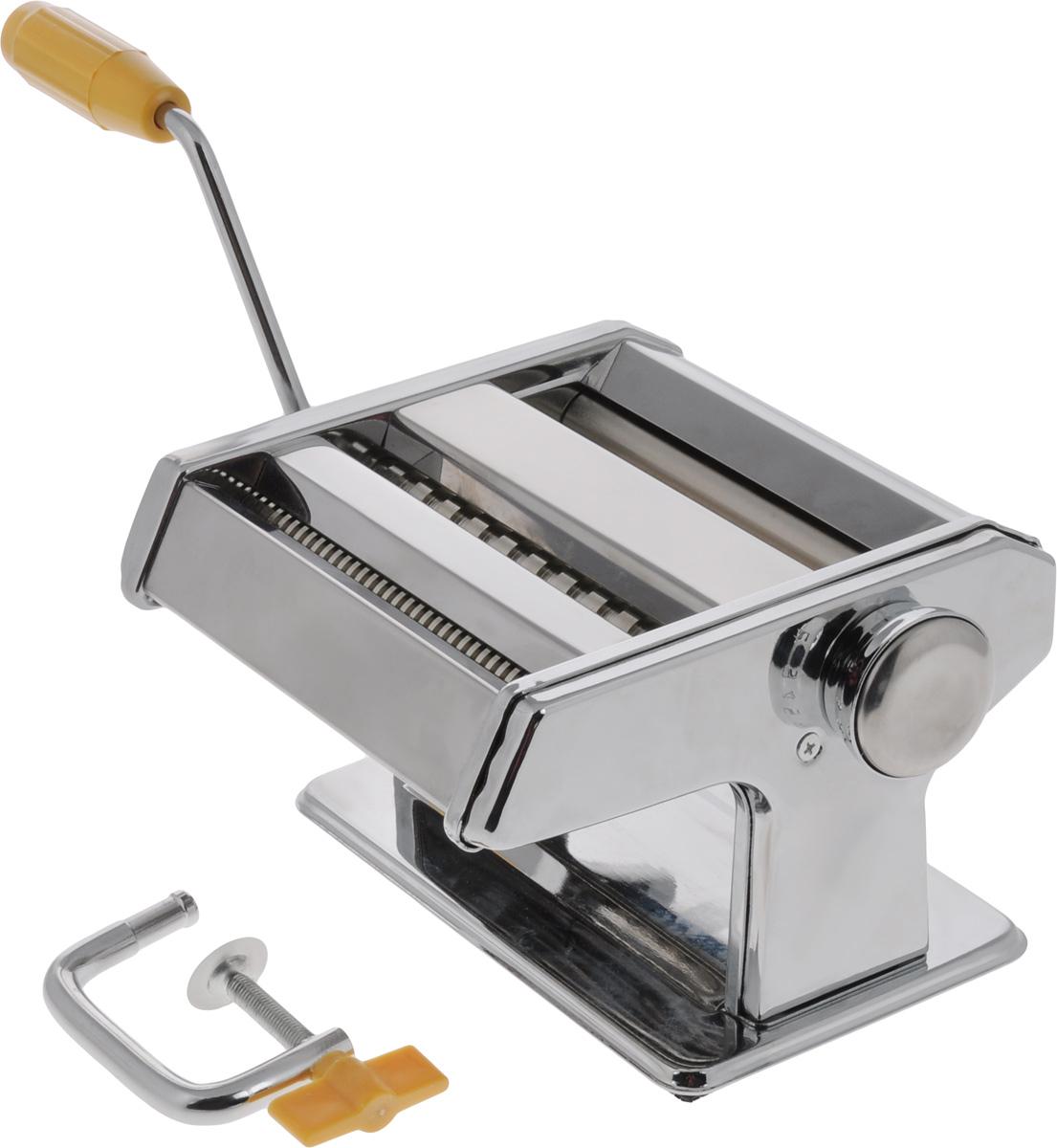 Лапшерезка ручная Mayer & Boch22603Ручная лапшерезка Mayer & Boch изготовлена из высококачественной углеродистой стали с зеркальной полировкой. Изделие прекрасно подходит для раскатки теста для лазаньи, домашней лапши или пасты. Лапшерезка оснащена валиком для раскатки теста и съемной ручкой. В комплекте - струбцина для крепления к столу. Принцип работы лапшерезки очень прост: вращая рукоятку, вы запускаете валики, которые позволяют раскатать идеально тонкое тесто, с помощью ручки раскатанное тесто также можно разрезать на узкие или широкие полоски. Для удобства использования ручка оснащена пластиковой вставкой. Лапшерезка Mayer & Boch имеет 9 режимов толщины раскатки теста и позволяет нарезать 2 вида лапши. Размер лапшерезки (ДхШхВ): 18,5 х 18,5 х 13 см. Ширина плоской лапши: 6,5 мм. Ширина спагетти: 2 мм.