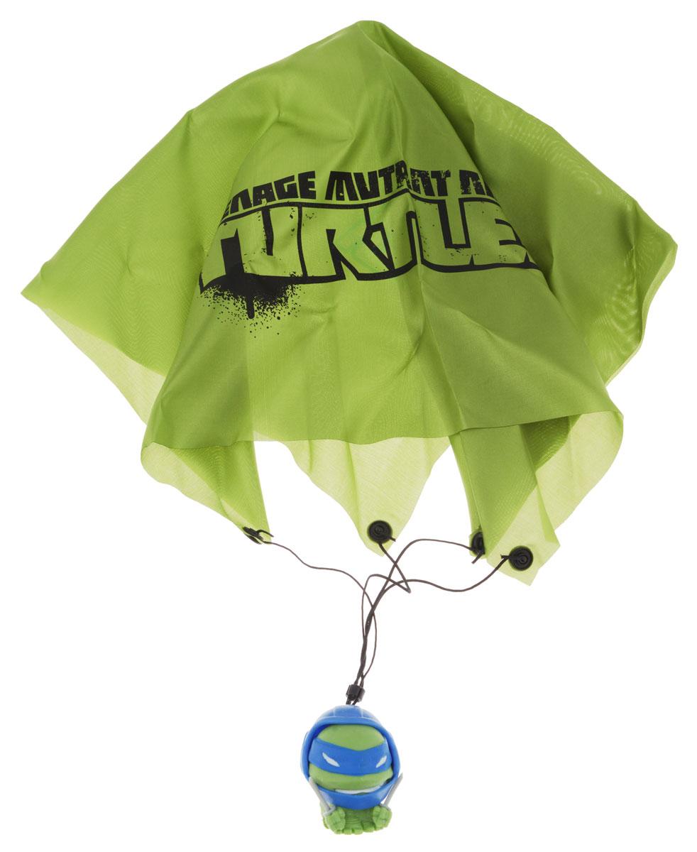 Черепашки Ниндзя Фигурка-мялка с парашютом Леонардо1129161_зеленый,синийФигурка-мялка с парашютом Черепашки Ниндзя Леонардо выполнена из мягкого полимера в виде персонажа всеми любимого мультсериала Черепашки Ниндзя Леонардо. Внутри игрушки находится жидкий наполнитель, благодаря чему она легко изменяет форму и структуру при приложении к ней физической силы, а затем принимает первоначальный вид. В комплект также входит каска с парашютом, которую можно надеть на игрушку и запустить ее в воздух. Фигурка-мялка с парашютом Черепашки Ниндзя Леонардо обязательно понравится вашему малышу. Порадуйте его таким замечательным подарком!