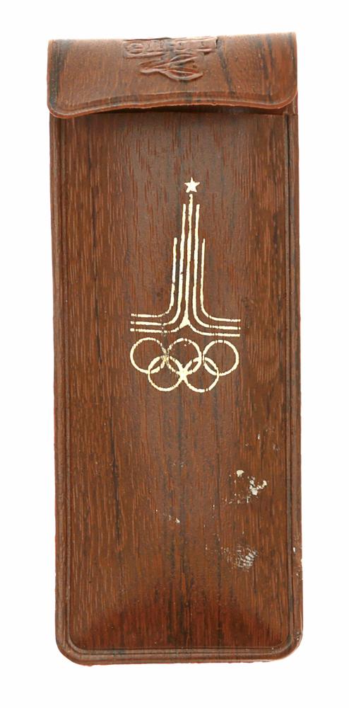 Чехол для ручек с символикой Олимпиады 1980 года. СССР, 1980 годОС22806Чехол для ручек с символикой Олимпиады 1980 года. СССР, 1980 год. Размер 11 х 4,5 см. Сохранность хорошая.
