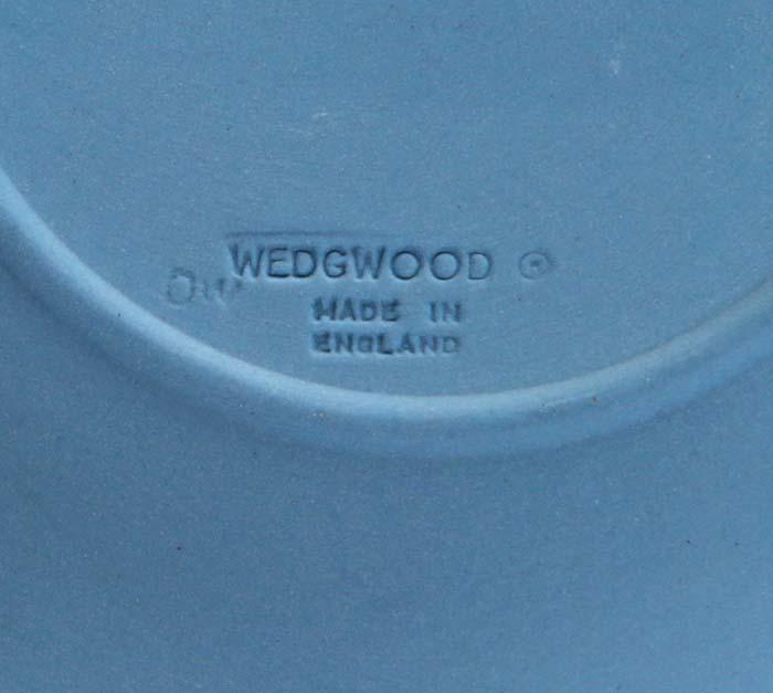 Тарелка декоративная. Голубой бисквит, рельеф белого цвета. Wedgwood, Великобритания, 1984 год