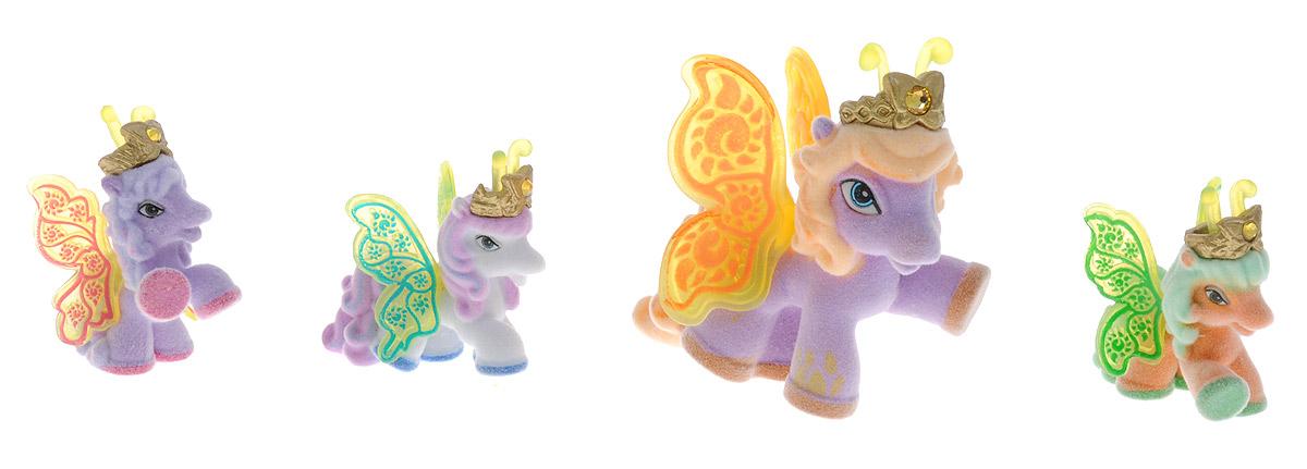 Filly Dracco Набор мини-фигурок Волшебная семья BeaBea/astM770028-3240 (UT20580)Набор мини-фигурок Filly Dracco Волшебная семья Bea придется по вкусу вашей дочурке, ведь все девочки обожают волшебных лошадок Filly! У волшебных лошадок тоже есть своя семья! Мама-бабочка воспитывает трех хулиганов в прекрасном саду посреди волшебного леса Папиллия. В наборе с лошадками четыре карточки и буклет коллекционера. У лошадок - красочные крылья, украшенные фамильным гербом их семьи. Каждая лошадка имеет приятное на ощупь покрытие, крылышки и доброжелательную улыбку. Все детали фигурок расписаны с любовью и реалистичностью. Помимо крылышек бабочки от обычных лошадок Филли отличаются также усиками и короной. При помощи ярких усиков персонажи волшебного леса общаются между собой. Короны же украшены кристаллами Swarowski. Вы можете собрать всю коллекцию и разыграть сцены из жизни красавиц бабочек! Ваша дочурка с удовольствием будет играть с набором и устраивать настоящие волшебные приключения в мире Filly Butterfly!