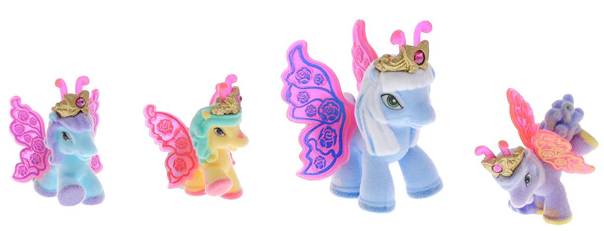 Filly Dracco Набор мини-фигурок Волшебная семья SaraSara/astM770028-3240 (UT20580)Набор мини-фигурок Filly Dracco Волшебная семья Sara придется по вкусу вашей дочурке, ведь все девочки обожают волшебных лошадок Filly! У волшебных лошадок тоже есть своя семья! Мама-бабочка воспитывает трех хулиганов в прекрасном саду посреди волшебного леса Папиллия. В наборе с лошадками четыре карточки и буклет коллекционера. У лошадок есть красочные крылья, украшенные фамильным гербом их семьи. Каждая лошадка имеет бархатное покрытие и доброжелательное улыбчивое личико. Все детали фигурок расписаны с любовью и реалистичностью. Помимо крылышек бабочки от обычных лошадок Филли отличаются также усиками и короной. При помощи ярких усиков персонажи волшебного леса общаются между собой. Короны же украшены кристаллами Swarowski. Вы можете собрать всю коллекцию и разыграть сцены из жизни красавиц бабочек! Ваша дочурка с удовольствием будет играть с набором и устраивать настоящие волшебные приключения в мире Filly Butterfly!