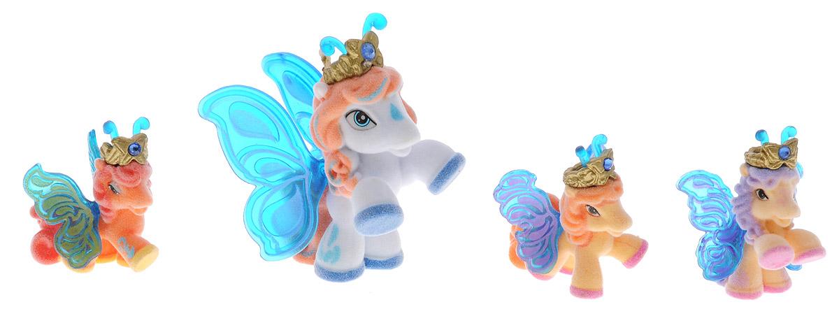 Filly Dracco Набор мини-фигурок Волшебная семья ViktoriaViktoria/astM770028-3240 (UT20580)Набор мини-фигурок Filly Dracco Волшебная семья Viktoria придется по вкусу вашей дочурке, ведь все девочки обожают волшебных лошадок Filly! У волшебных лошадок тоже есть своя семья! Мама-бабочка воспитывает трех хулиганов в прекрасном саду посреди волшебного леса Папиллия. В наборе с лошадками четыре карточки и буклет коллекционера. У лошадок - красочные крылья, украшенные фамильным гербом их семьи. Каждая лошадка имеет приятное на ощупь покрытие, крылышки и доброжелательную улыбку. Все детали фигурок расписаны с любовью и реалистичностью. Помимо крылышек бабочки от обычных лошадок Филли отличаются также усиками и короной. При помощи ярких усиков персонажи волшебного леса общаются между собой. Короны же украшены кристаллами Swarowski. Вы можете собрать всю коллекцию и разыграть сцены из жизни красавиц бабочек! Ваша дочурка с удовольствием будет играть с набором и устраивать настоящие волшебные приключения в мире Filly Butterfly!