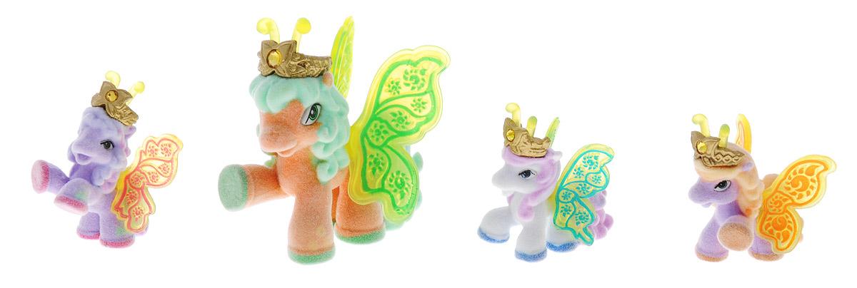 Filly Dracco Набор мини-фигурок Волшебная семья SunSun/astM770028-3240 (UT20580)Набор мини-фигурок Filly Dracco Волшебная семья Sun понравится всем юным любительницам лошадок Filly! У волшебных лошадок тоже есть своя семья! Мама-бабочка воспитывает трех хулиганов в прекрасном саду посреди волшебного леса Папиллия. В наборе с лошадками четыре карточки и буклет коллекционера. У лошадок есть красочные крылья, украшенные фамильным гербом их семьи. Каждая лошадка имеет бархатное покрытие и доброжелательное улыбчивое личико. Все детали фигурок расписаны с любовью и реалистичностью. Помимо крылышек бабочки от обычных лошадок Филли отличаются также усиками и короной. При помощи ярких усиков персонажи волшебного леса общаются между собой. Короны же украшены кристаллами Swarowski. Вы можете собрать всю коллекцию и разыграть сцены из жизни красавиц бабочек! Ваша дочурка с удовольствием будет играть с набором и устраивать настоящие волшебные приключения в мире Filly Butterfly!