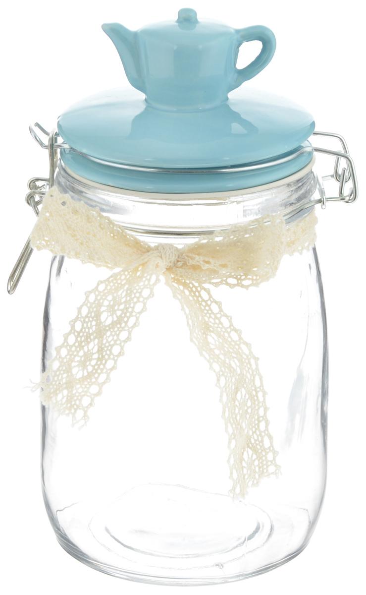 Емкость для продуктов Феникс-Презент Чайник, цвет: голубой, прозрачный, 1 л40620Емкость для продуктов Феникс-Презент Чайник изготовлена из прочного стекла и оформлена ажурной лентой. Емкость снабжена керамической крышкой, декорированной фигуркой чайника. Благодаря силиконовой прослойке и бугельному замку крышка герметично закрывается, что позволяет дольше сохранять продукты свежими. Емкость идеальна для хранения кофе, чая, сахара, сухофруктов и многого другого. Изящная емкость не только поможет хранить разнообразные сыпучие продукты, но и стильно дополнит интерьер кухни. Изделие станет чудесным подарком к любому случаю.