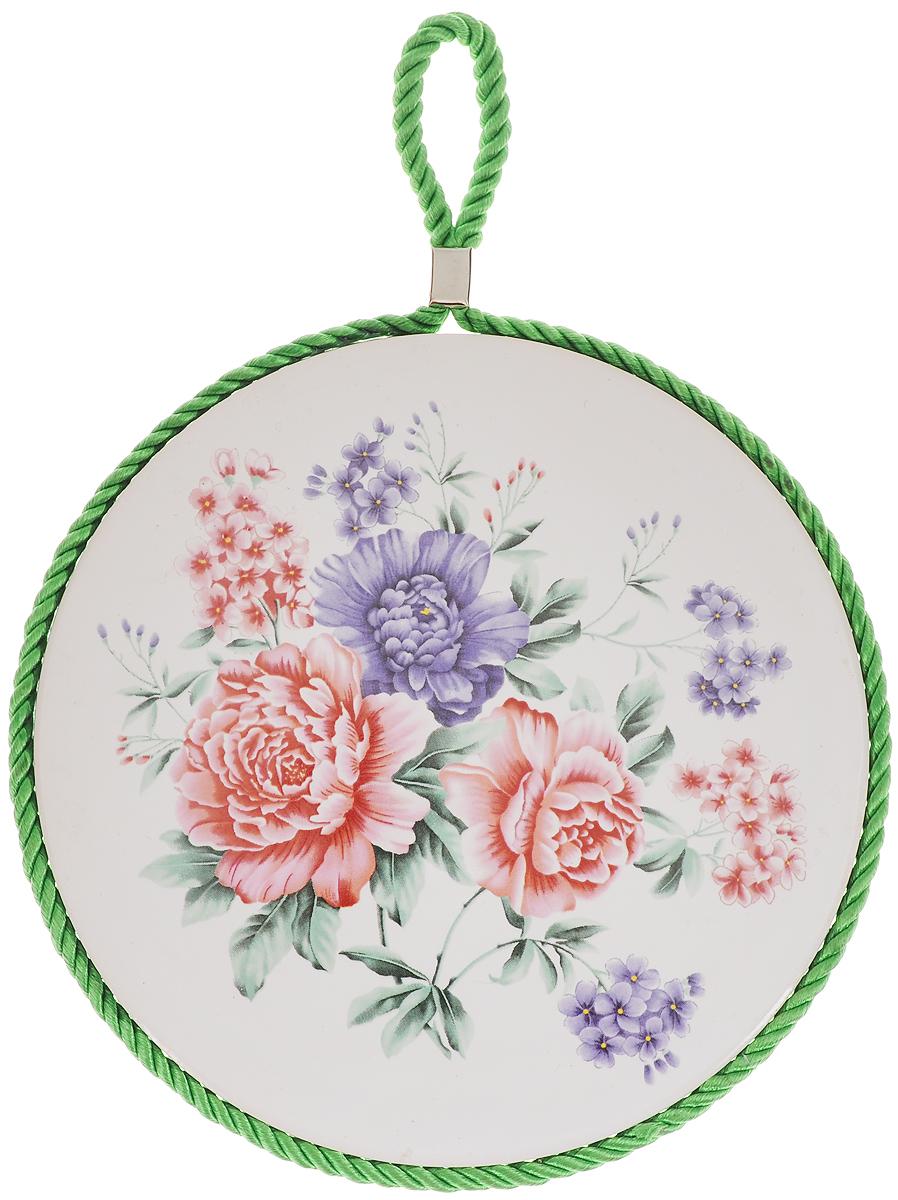 Подставка под горячее Loraine Цветок, диаметр 17 см. 2455324553Круглая подставка под горячее Loraine Цветок выполнена из высококачественной керамики. Изделие, декорированное красочным изображением, идеально впишется в интерьер современной кухни. Специальное пробковое основание подставки защитит вашу мебель от царапин. Подставка оснащена цветным шнурком с петелькой для подвешивания. Изделие не боится высоких температур и легко чистится от пятен и жира. Каждая хозяйка знает, что подставка под горячее - это незаменимый и очень полезный аксессуар на каждой кухне. Ваш стол будет не только украшен оригинальной подставкой с красивым рисунком, но также вы его убережете от воздействия высоких температур ваших кулинарных шедевров. Диаметр подставки: 17 см. Высота подставки: 1 см.