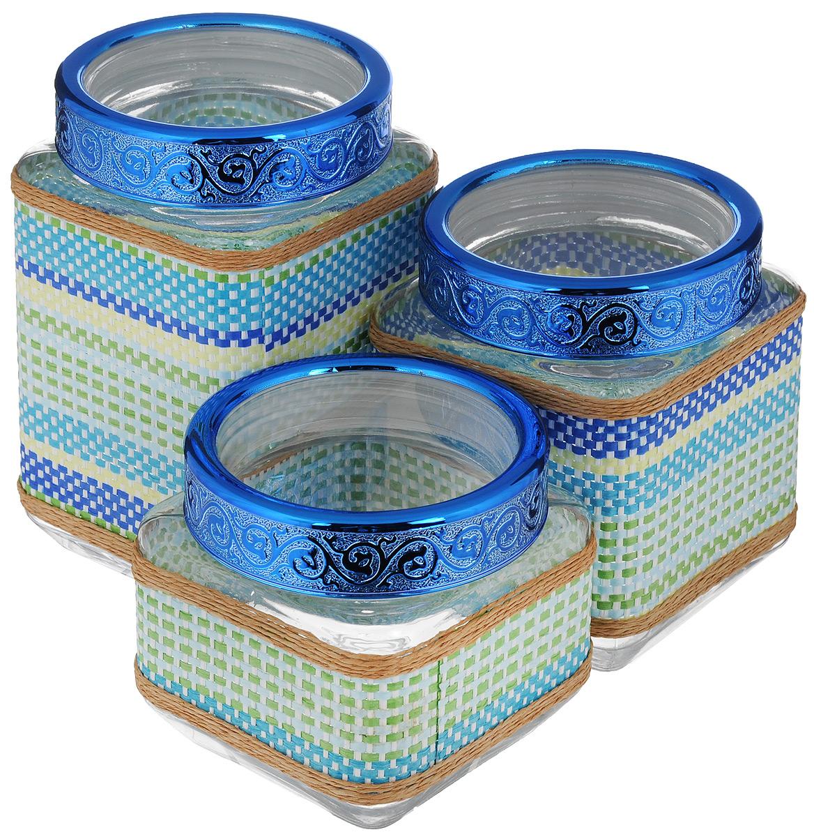 Набор банок для сыпучих продуктов Mayer & Boch, 3 шт. 2550825513Набор Mayer & Boch состоит из трех банок разного объема, предназначенных для хранения сыпучих продуктов. Банки выполнены из высококачественного стекла и декорированы оригинальными вставками из соломы и полиуретана. Крышки из АБС пластика декорированы изысканным рельефом. Банки прекрасно подходят для круп, орехов, сухофруктов, чая, кофе, сахара и других сыпучих продуктов. Герметичное закрытие позволяет сохранить продукты свежими. Оригинальный необычный дизайн стильно дополнит интерьер кухни. Такой набор станет желанным подарком для любой хозяйки. Объем банок: 770 мл, 1,15 л, 1,6 л. Размер банок: 11 х 11 х 11 см; 11 х 11 х 15 см; 11 х 11 х 19 см.