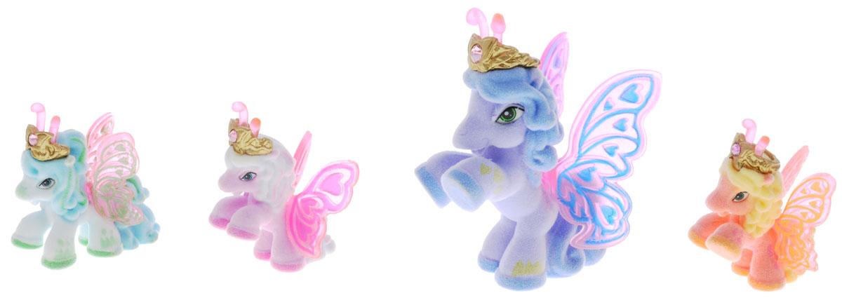Filly Dracco Набор мини-фигурок Волшебная семья SazSaz/astM770028-3240 (UT20580)Набор мини-фигурок Filly Dracco Волшебная семья Saz понравится всем юным любительницам лошадок Filly! У волшебных лошадок тоже есть своя семья! Мама-бабочка воспитывает трех принцесс в прекрасном саду посреди волшебного леса Папиллия. У лошадок есть красочные крылья, украшенные фамильным гербом их семьи. Каждая лошадка имеет бархатное покрытие и доброжелательное улыбчивое личико. Все детали фигурок расписаны с любовью и реалистичностью. Помимо крылышек бабочки от обычных лошадок Филли отличаются также усиками и короной. При помощи ярких усиков персонажи волшебного леса общаются между собой. Короны украшены кристаллами Swarowski. В наборе с лошадками четыре карточки и буклет коллекционера. Вы можете собрать всю коллекцию и разыграть сцены из жизни красавиц бабочек! Ваша дочурка с удовольствием будет играть с набором и устраивать настоящие волшебные приключения в мире Filly Butterfly!