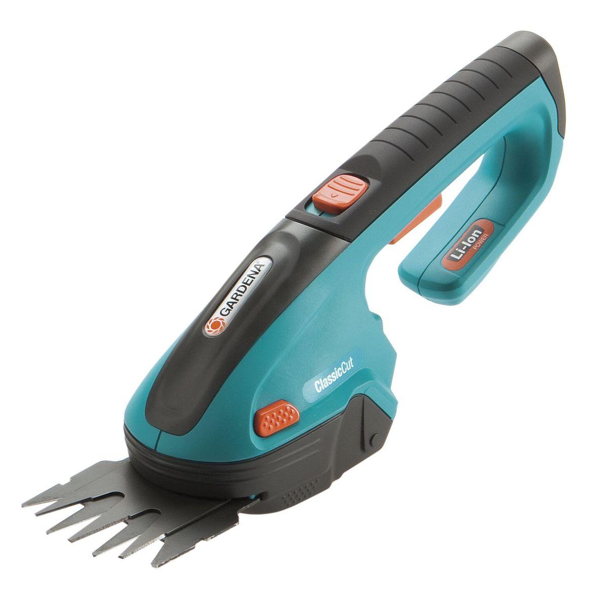 Ножницы аккумуляторные Gardena ClassicCuT08885-20.000.00С аккумуляторными газонными ножницами Gardena ClassicCut вы сможете легко подстричь кромки газонов без подключения к электросети. Кроме того, в комплект входит нож для травы и кустарников (ширина 8 см), благодаря чему ножницы могут использоваться для придания формы кустарнику наподобие самшита. Мощная, простая в обслуживании литий-ионная аккумуляторная батарея гарантирует легкость работы и прекрасную производительность. Светодиодный дисплей постоянно показывает уровень заряда аккумулятора и позволяет оценить оставшееся время работы, а также вовремя сигнализирует о необходимости подзарядки. Благодаря эргономичной рукоятке аккумуляторные газонные ножницы хорошо лежат в руке, а их высокая эффективность обеспечивает превосходные результаты стрижки. Съемные ножи прецизионной заточки имеют покрытие от налипания. Ножи заменяются без помощи инструментов - невероятно просто, быстро и безопасно. Это дает возможность легко преобразовать газонные ножницы в кусторезы. В...