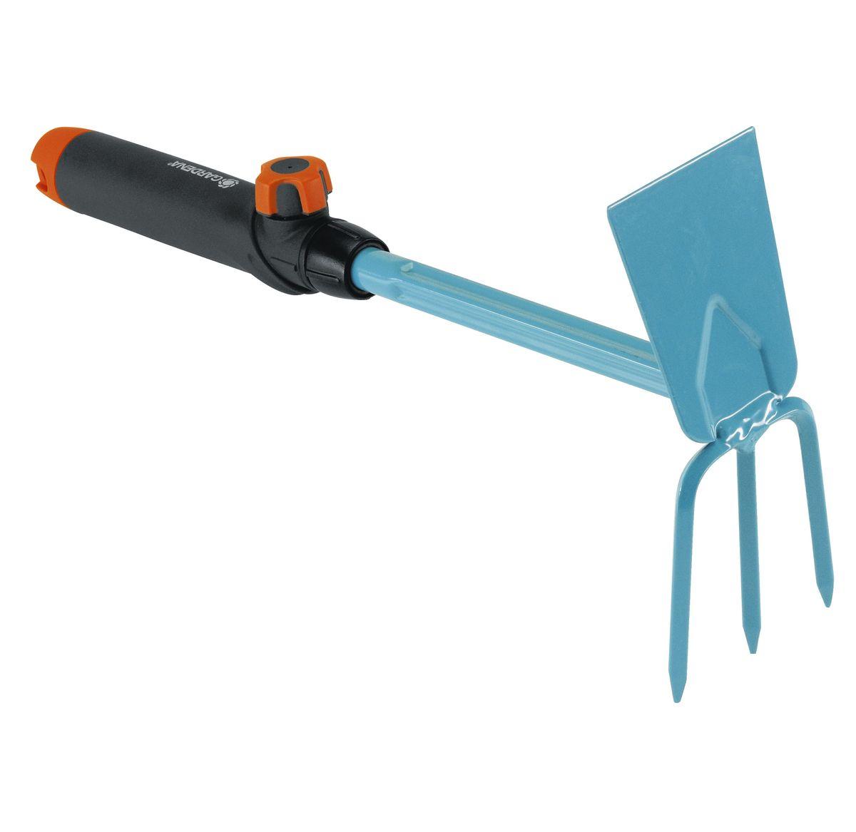 Мотыжка ручная Gardena, 6,5 см08914-20.000.00Мотыжка ручная Gardena представляет собой идеальный инструмент для рыхления, аэрации и прополки почвы. Ручка специальной формы удобно лежит в руке, что облегчает работу. Ручка легко снимается и может быть заменена на любую другую ручку, подходящую пользователю по росту и избавляющую от необходимости нагибаться. Прямое режущее полотно и три зубца выполнены из высококачественной стали с покрытием из дюропласта, которое обеспечивает защиту инструментов от коррозии. Рабочая ширина - 6,5 см.
