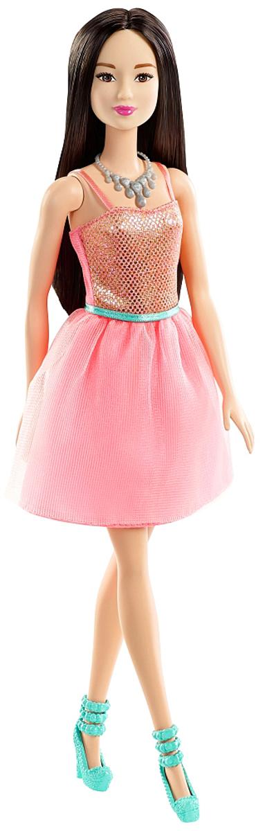 Barbie Кукла Брюнетка Сияние моды цвет платья светло-розовыйT7580_DGX83Кукла Barbie Сияние моды порадует вашу малышку и доставит ей много удовольствия от часов, посвященных игре с ней. Кукла с длинными темными волосами одета в стильное платье с двойной юбочкой и блестящем топом. На ногах куколки - бирюзовые туфельки на высоком каблуке. Яркий образ куколки дополняет массивное светло-серое колье для Барби. Ваша малышка с удовольствием будет играть с куколкой, придумывая различные истории!