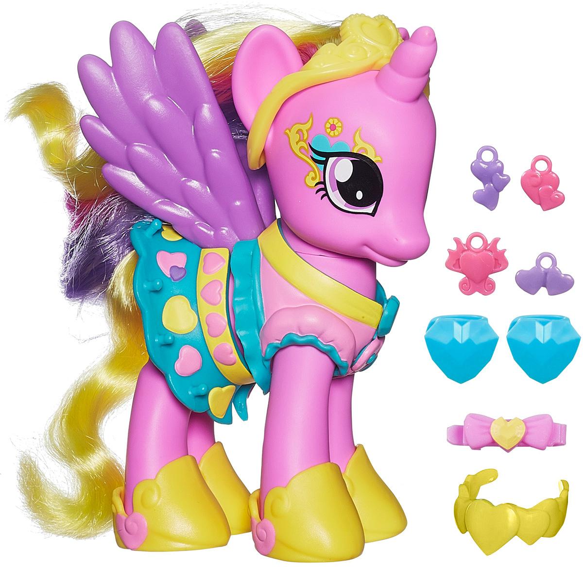 My Little Pony Игровой набор Пони-модница Принцесса КаденсB0360_B0361Игровой набор My Little Pony Пони-модница. Принцесса Каденс привлечет внимание вашей малышки и не позволит ей скучать. Он включает фигурку пони Принцессы Каденс, 2 заколки в виде сердечек, заколку в виде бантика, 4 подвески и изящное ожерелье для пони. Игрушка выполнена из пластика и представляет собой очаровательную пони с большими выразительными глазками, фиолетовыми крылышками и длинной гривой и хвостом. Пони одета в нарядное платье принцессы, на голове у нее - тиара, а на ногах - изящные ботиночки. Ваша малышка сможет сделать пони красивую прическу с помощью расчески и заколок, и украсить пони ожерельем, а оригинальные подвески отлично подойдут для украшения наряда лошадки. Головка игрушки поворачивается. Ваша малышка будет часами играть с набором, придумывая различные истории. Порадуйте ее таким замечательным подарком!