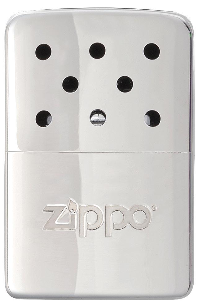 Каталитическая грелка Zippo. 4036040360Каталитическая бензиновая грелка для рук. Удобная и компактная, легко помещается в кармане или перчатке. Непрерывная работа возможна в течении более 6 часов. Будет полезна туристам, охотникам, рыболовам, тем, чья работа связана с долгим пребыванием на холоде. Грелка Zippo High Polish Chrome выделяет тепло путем каталитического горения. Пары топлива проходят через каталитический патрон, где окисляются кислородом – происходит беспламенное горение. Полной заправки хватает более чем на 6 часов работы. Катализатор – стекловолокно, покрытое тонким слоем платины. Для заправки настоятельно рекомендуется специальное очищенное топливо Zippo, так как использование обычного бензина быстро загрязнит катализатор, приведя его в негодность. Грелка Zippo имеет небольшой размер, что позволяет хранить ее в любом кармане или перчатке. Корпус грелки нагревается до 70° C, поэтому держать ее необходимо, предварительно поместив в чехол. Экологически безопасна, практически не выделяет...