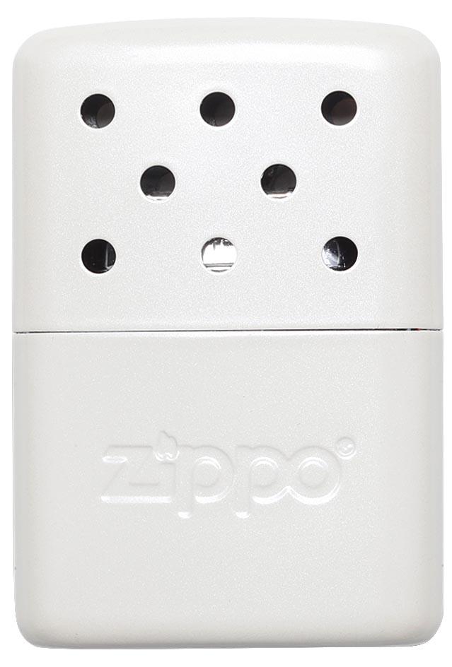 Каталитическая грелка Zippo. 4036140361Каталитическая бензиновая грелка для рук. Удобная и компактная, легко помещается в кармане или перчатке. Непрерывная работа возможна в течении более 6 часов. Будет полезна туристам, охотникам, рыболовам, тем, чья работа связана с долгим пребыванием на холоде. Грелка Zippo Pearl выделяет тепло путем каталитического горения. Пары топлива проходят через каталитический патрон, где окисляются кислородом – происходит беспламенное горение. Полной заправки хватает более чем на 6 часов работы. Катализатор – стекловолокно, покрытое тонким слоем платины. Для заправки настоятельно рекомендуется специальное очищенное топливо Zippo, так как использование обычного бензина быстро загрязнит катализатор, приведя его в негодность. Грелка Zippo имеет небольшой размер, что позволяет хранить ее в любом кармане или перчатке. Корпус грелки нагревается до 70° C, поэтому держать ее необходимо, предварительно поместив в чехол. Экологически безопасна, практически не выделяет запаха. ...