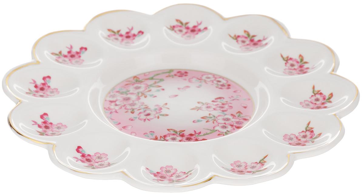 Тарелка для фаршированных яиц Elan Gallery Сакура, диаметр 24 см740138Тарелка для фаршированных яиц Elan Gallery Сакура, изготовленная из высококачественной керамики, украсит ваш праздничный стол. На изделии имеются специальные углубления для 12 яиц. Такая тарелка украсит сервировку вашего стола и подчеркнет прекрасный вкус хозяйки. Не рекомендуется применять абразивные моющие средства. Не использовать в микроволновой печи. Диаметр тарелки (по верхнему краю): 24 см.