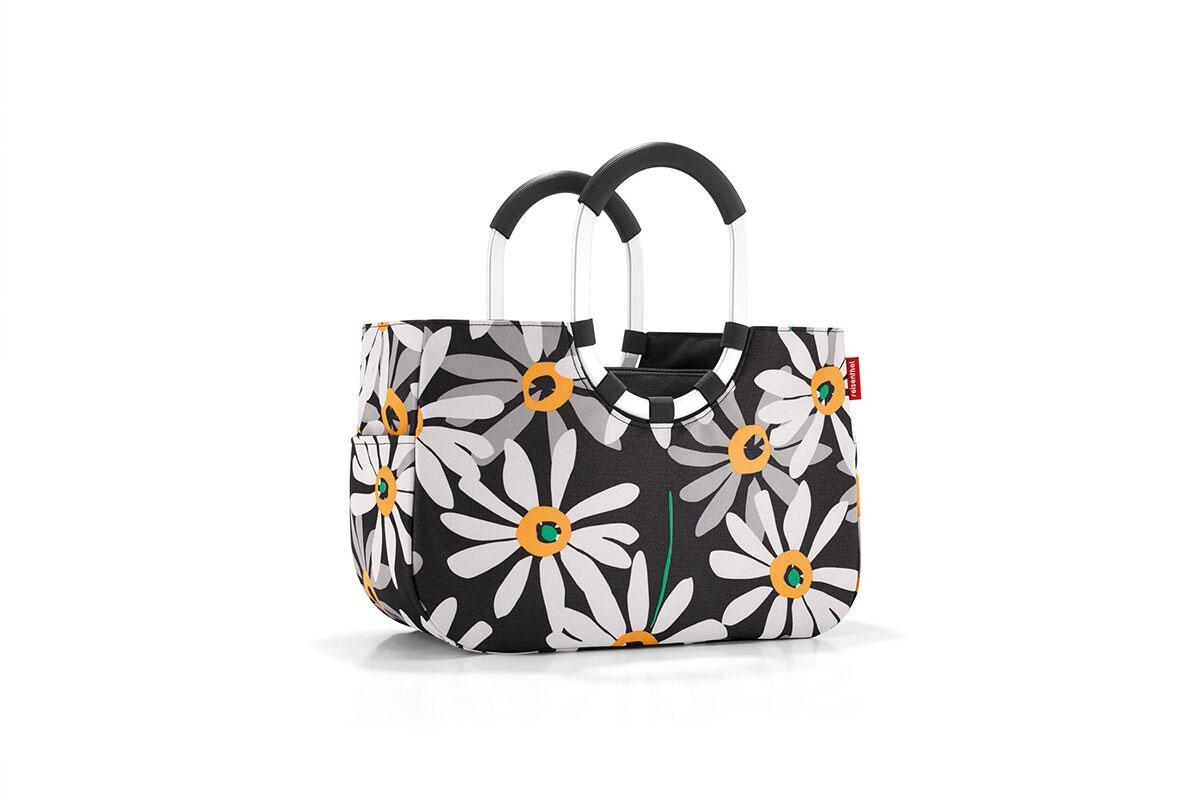 Сумка женская Reisenthel, цвет: черный, серый, белый. OS7038OS7038Практичная женская сумка Reisenthel изготовлена из текстиля и оформлена цветочным принтом. Сумка имеет одно отделение, внутри которого находится прорезной карман на застежке-молнии. Снаружи, по боковым сторонам сумки расположены накладные открытые карманы. Изделие оснащено съемным отделением на застежке-молнии, которое пристегивается к сумке с помощью хлястиков с кнопками. Съемное отделение снаружи дополнено прорезным карманом на застежке-молнии и накладным открытым кармашком. Сумка оснащена двумя алюминиевыми ручками с прорезиненными накладками, которые фиксируются с помощью липучек. Основание изделия защищено от повреждений пластиковыми ножками.