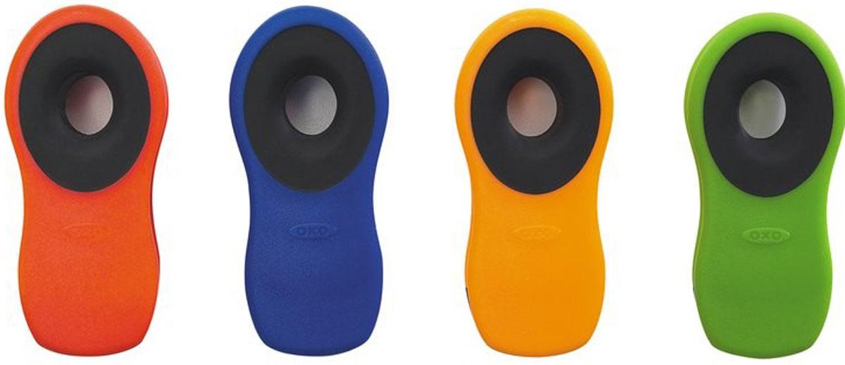 Набор клипс Oxo Good Grips, 4 шт1064374Набор Oxo Good Grips состоит из четырех клипс, изготовленных из прочной пластмассы. Клипсы оснащены специальными магнитами, которые позволят прикреплять предметы к металлическим поверхностям. Изделия отлично подходят для закрывания пакетов с пищевыми продуктами, документов и многого другого. Длина клипс: 7,5 см.