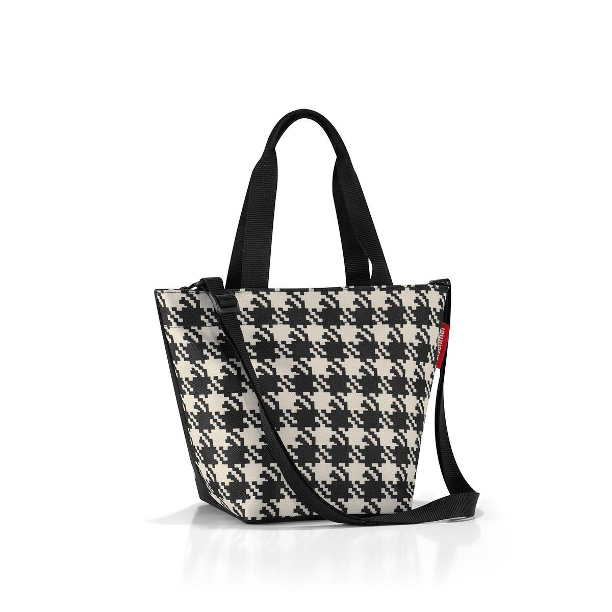 Сумка-шоппер жен. Reisenthel, цвет: черный. ZR7028ZR7028Уменьшенная версия классической сумки. Симпатичная сумка для похода в магазин: широкие удобные лямки распряделяют нагрузку на плече, а объем 4 литра позволяет вместить необходимый батон хлеба, пакет молока и другие вкусности. Застегивается на молнию. Внутри - кармашек на молнии для мелочей. Две ручки плюс ремешок с регулируемой длиной. Специальное уплотненное днище для стабильности. Серия special edition - это лимитированные модели сумок с уникальными принтами. Сочетают расцветки разных коллекций, а также имеют вышивку и аппликацию.